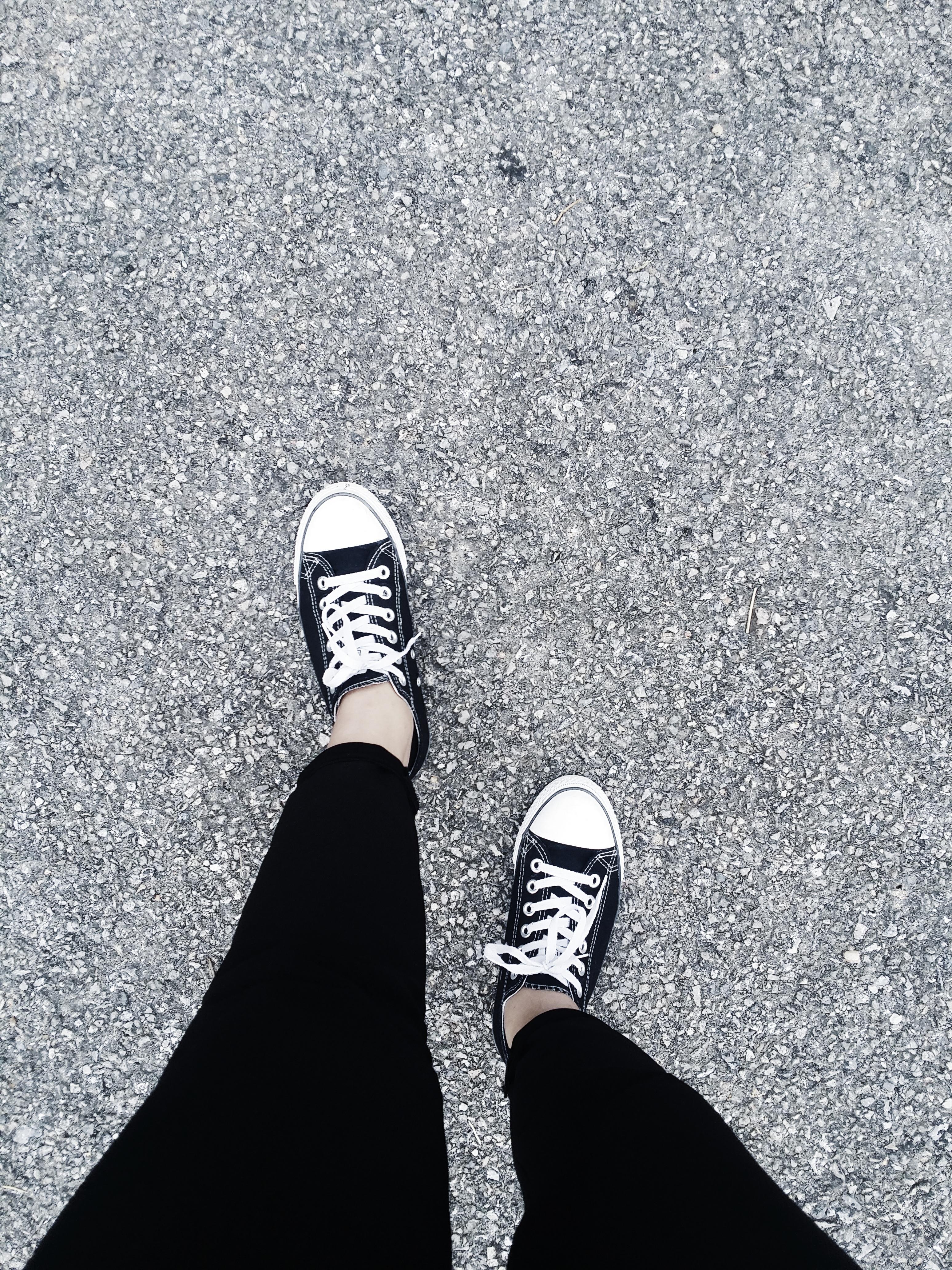 Fotos gratis : zapato, en blanco y negro, la carretera, suelo ...