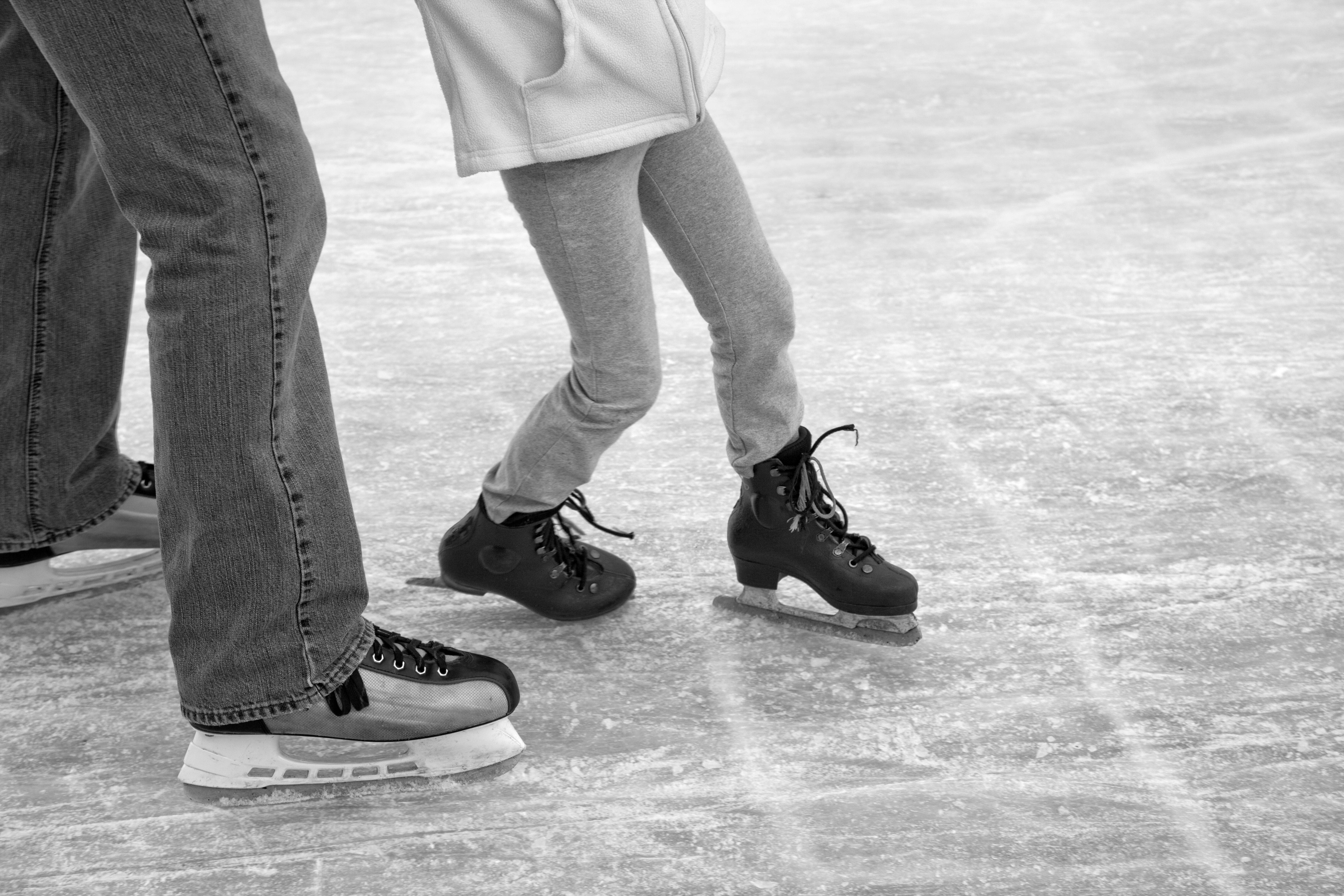 Images gratuites chaussure noir et blanc patin jambe - Patin antiderapant chaussure ...