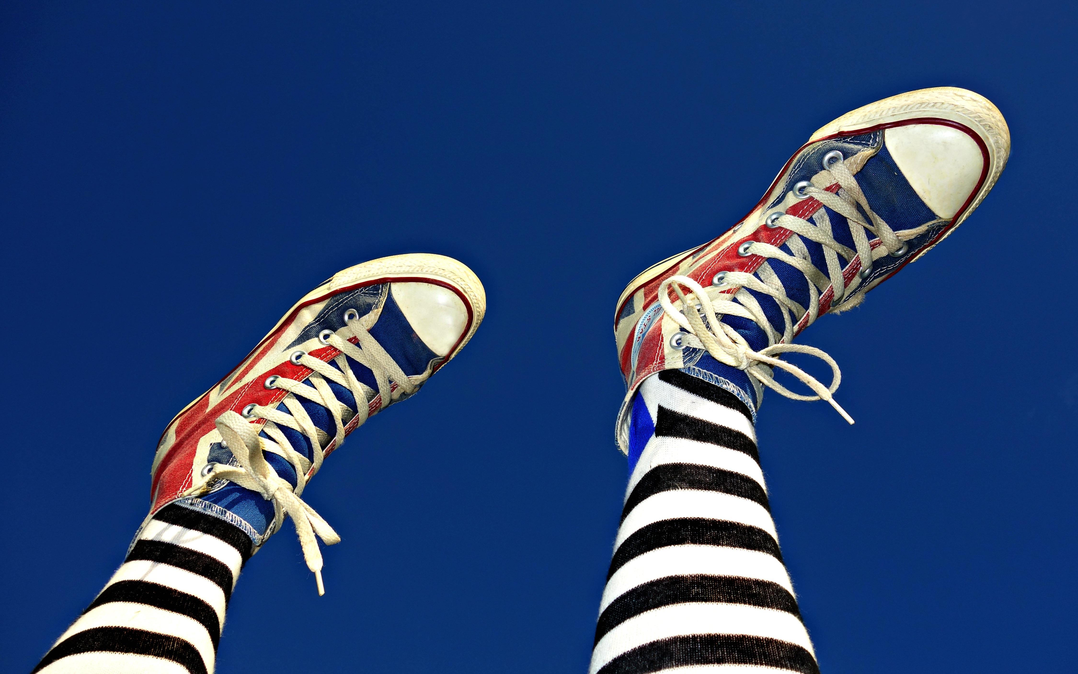 sepatu wanita mode mainan ilustrasi keren kaki sepatu kets garis garis alas kaki a celana