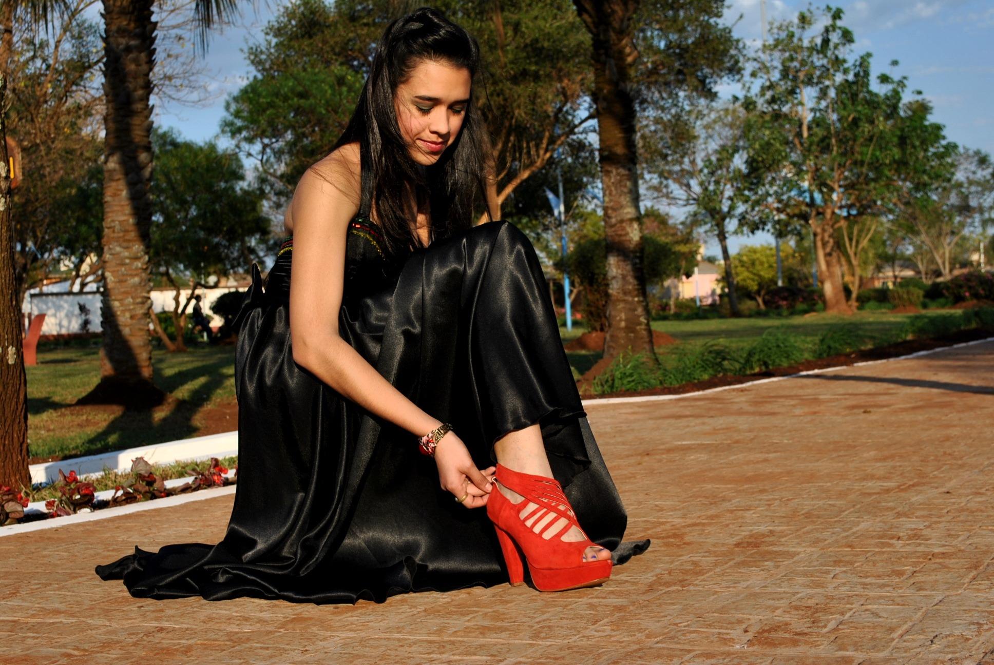 Gratis billeder : pige, fødder, ben, model, forår, fod, mode, tøj, dame, sandal, sort kjole ...