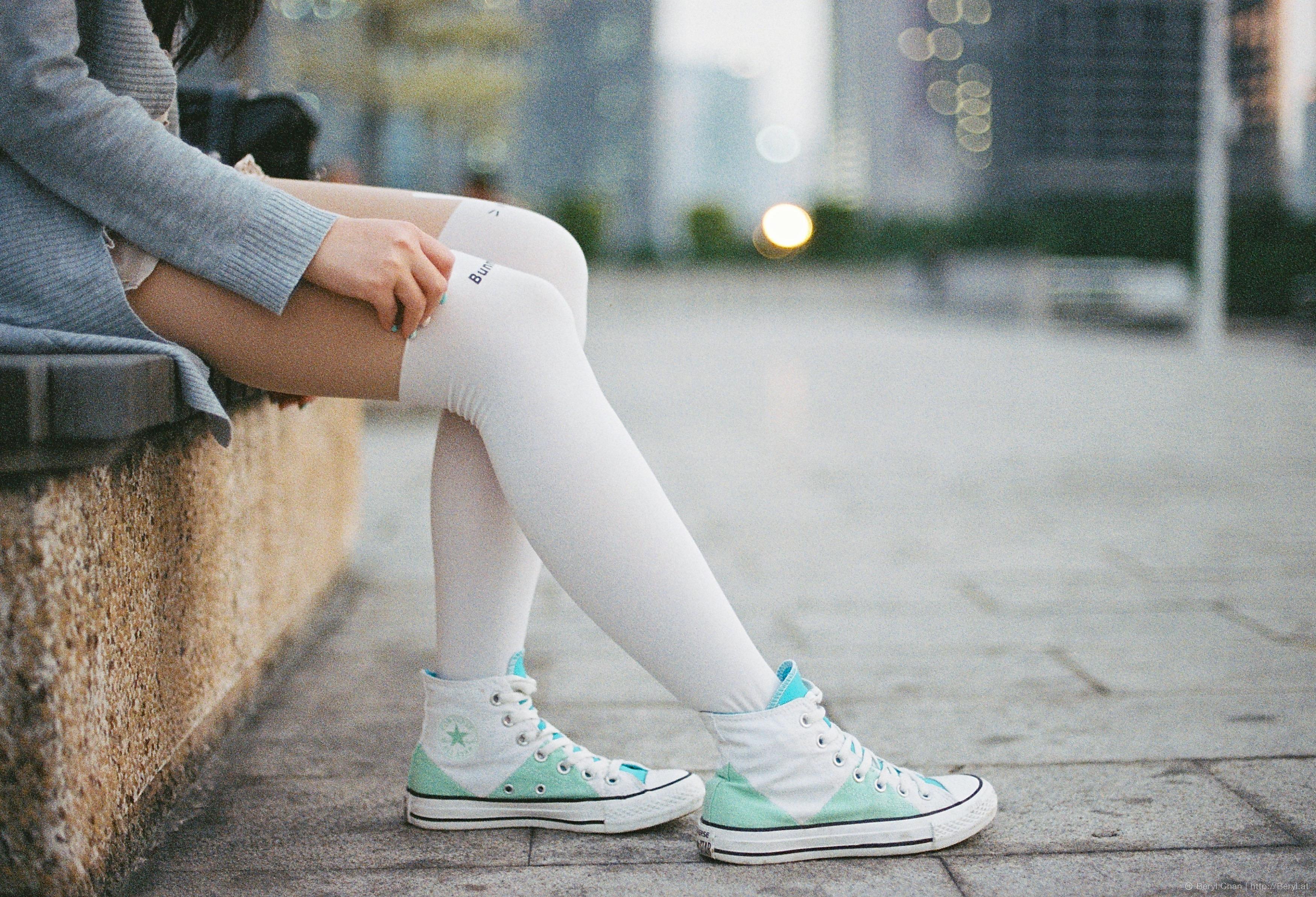 62172489 Bildet : sko, pike, hvit, søt, film, slr, fujifilm, bein, modell, vår,  farge, sitter, ren, mote, nikon, klær, Menneskekroppen, 50mm, kjole, ben,  joggesko, ...