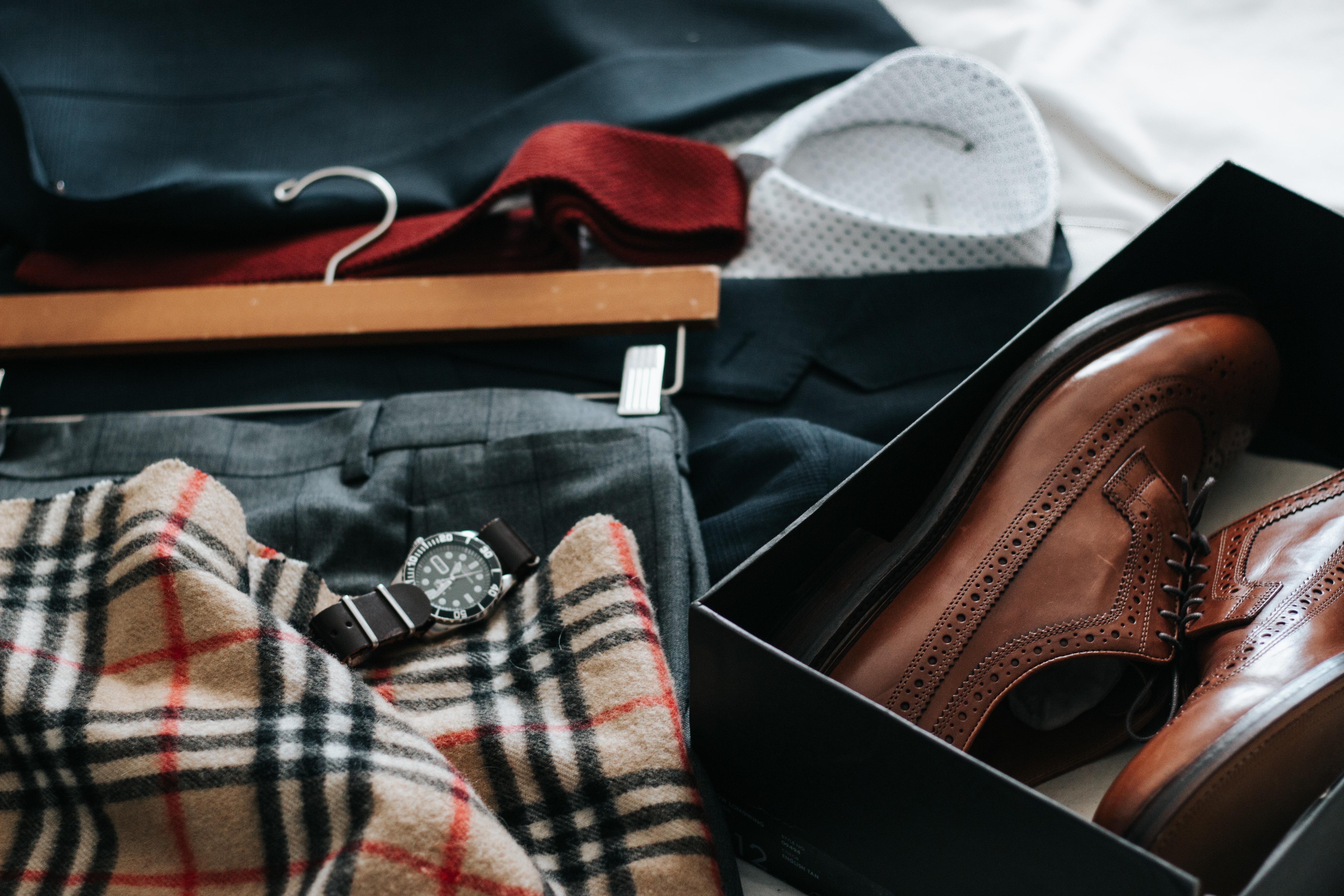 Images Gratuites   chaussure, cuir, modèle, rouge, marron, T-shirt,  Vêtements, noir, mode de vie, préparation, Sac à main, Burberry, placard,  conception, ... 36e1da7b305