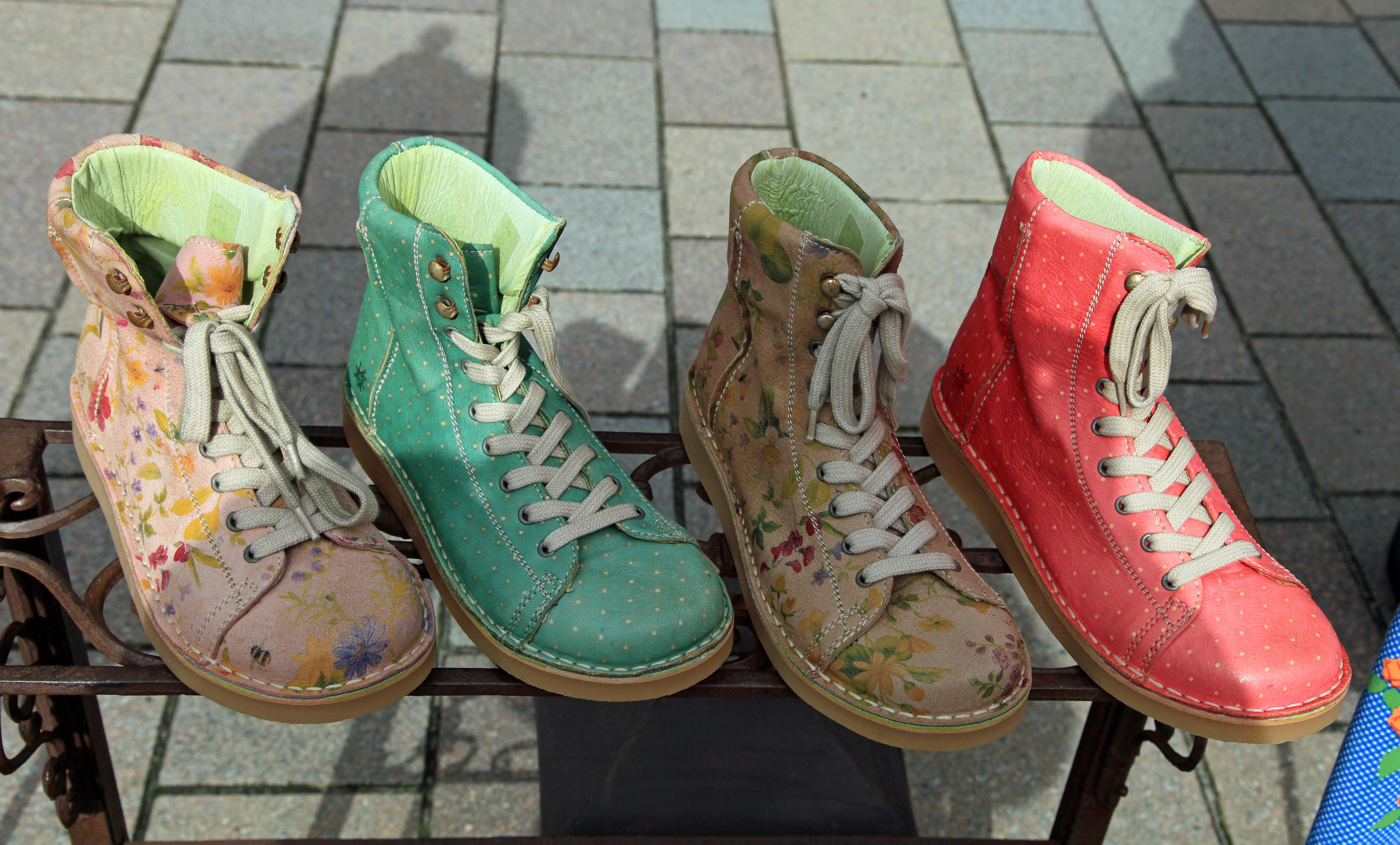 Gratis billeder : ben, forår, tøj, farverig, støvler, kondisko, fodtøj, udendørs sko 5171x3122 ...