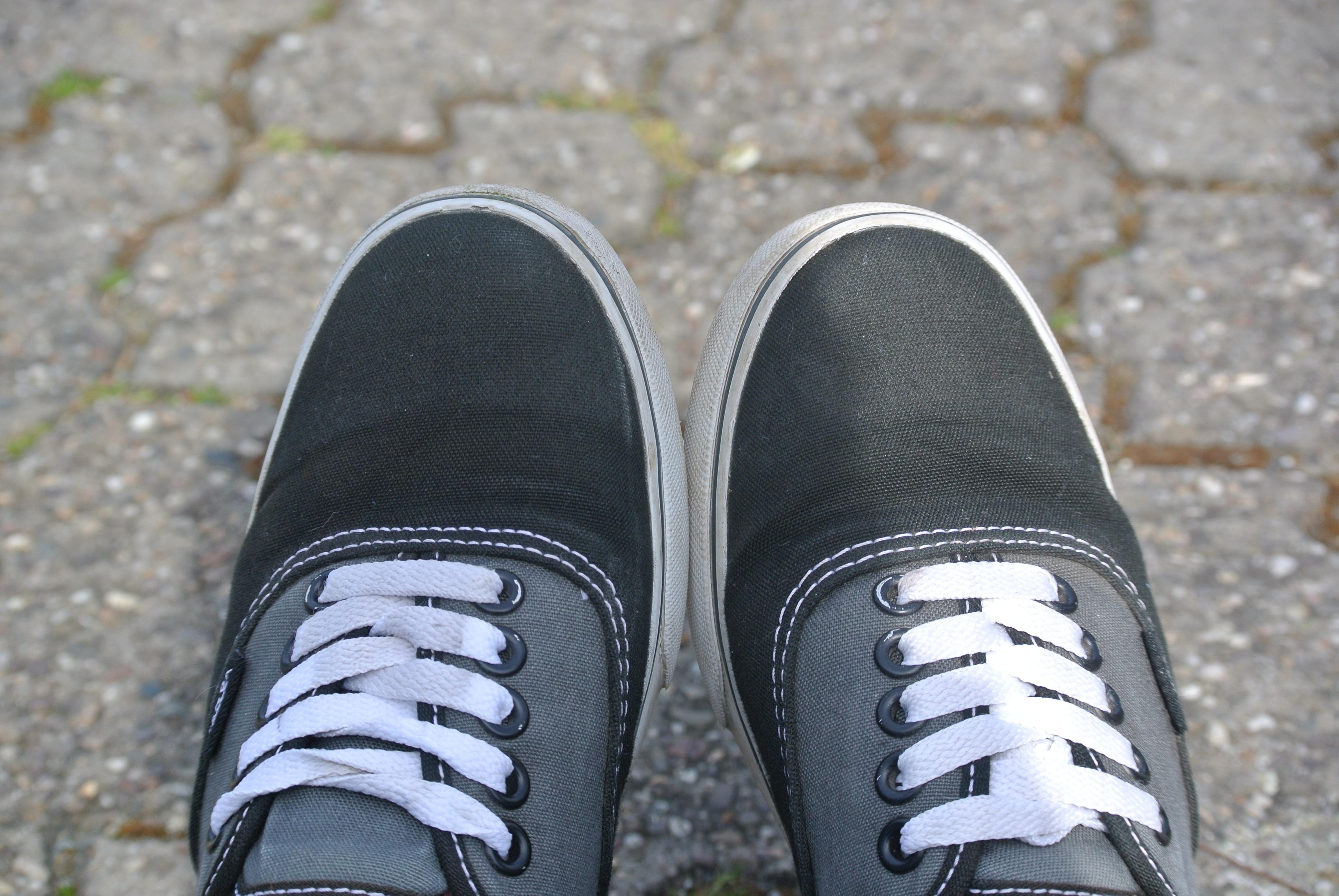 sepatu jalan putih kulit aspal gelap hitam putih hitam tali sepatu sepatu  Abu-abu sepatu 79fd164f18