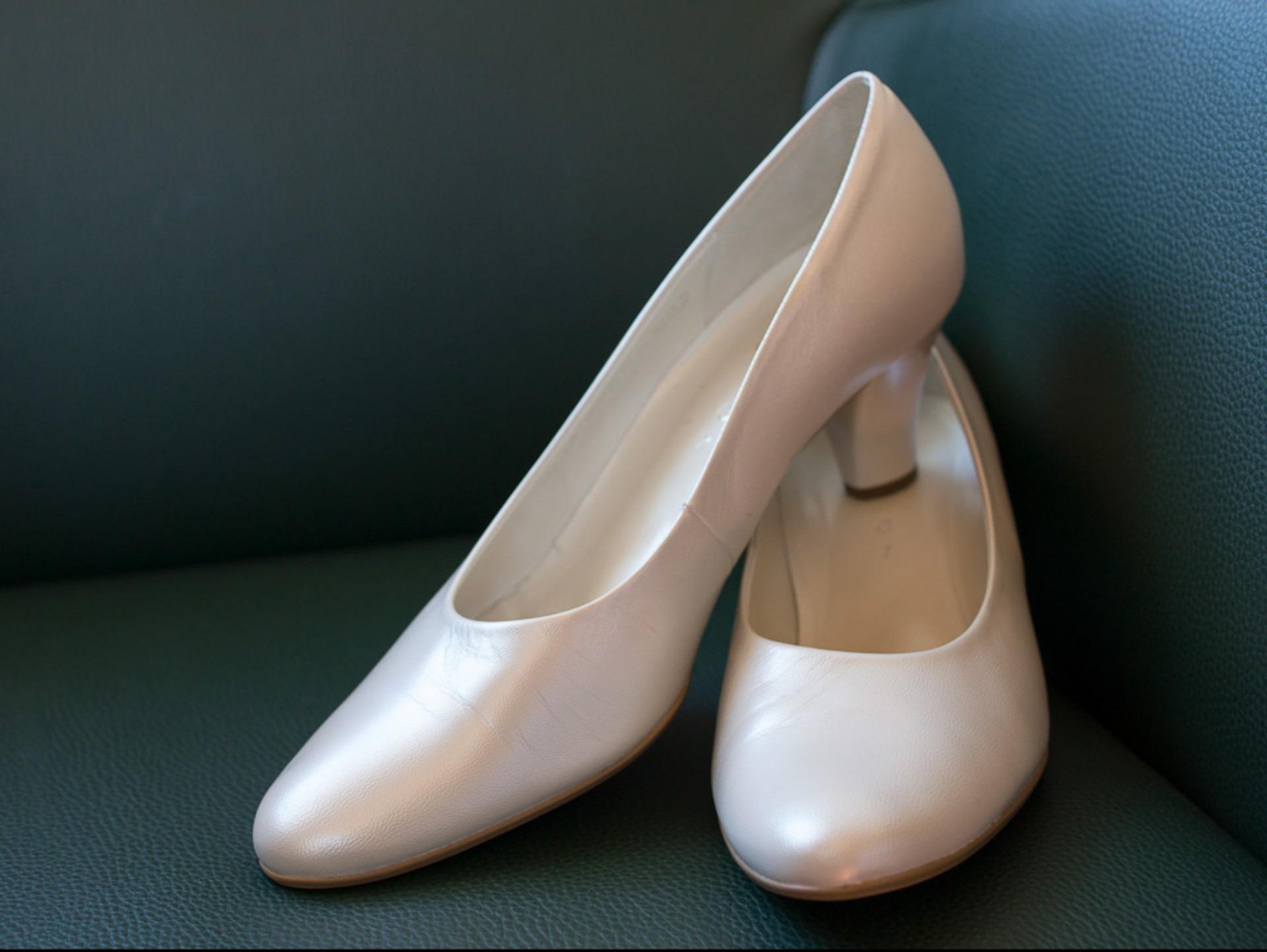 2fb3b79d4c5 구두 화이트 가죽 다리 발 혼례 인간의 몸 구두 신발류 높은 발가락 여성 신발 하이힐