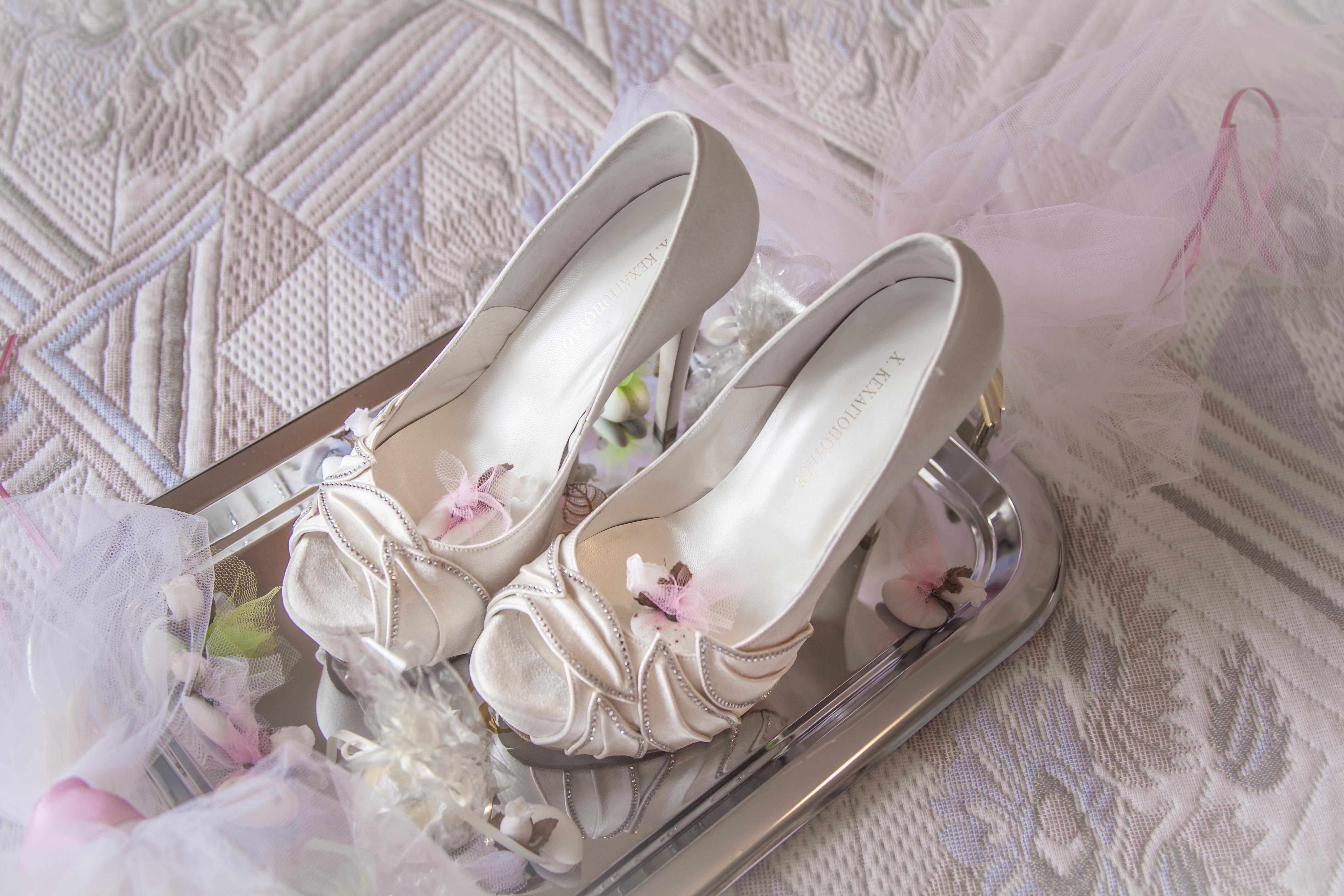 Gambar Sepatu Wanita Putih Dekorasi Berwarna Merah Muda Gaun