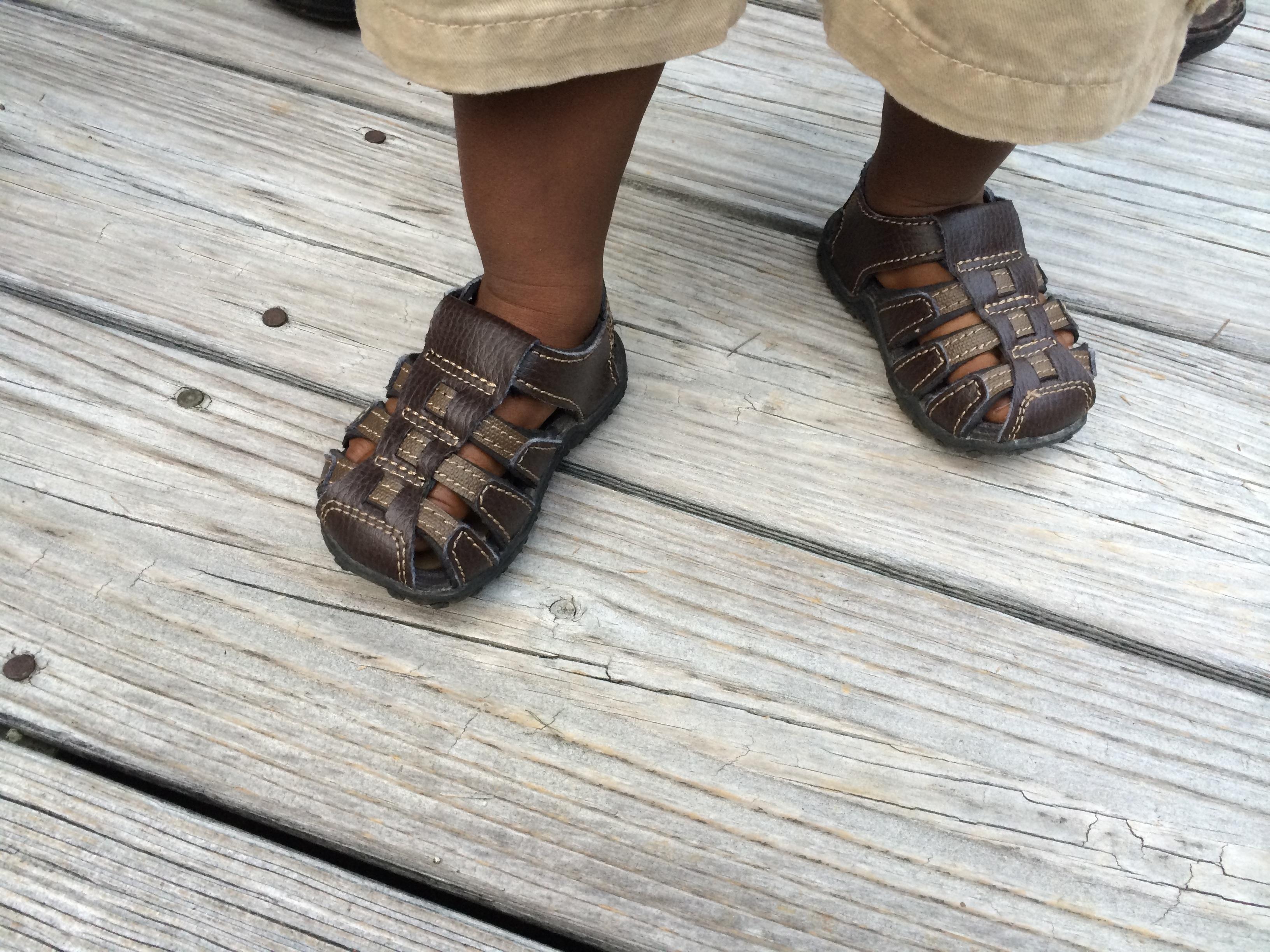 Fotos gratis : zapato, madera, piso, niño, linda, bota, pierna ...