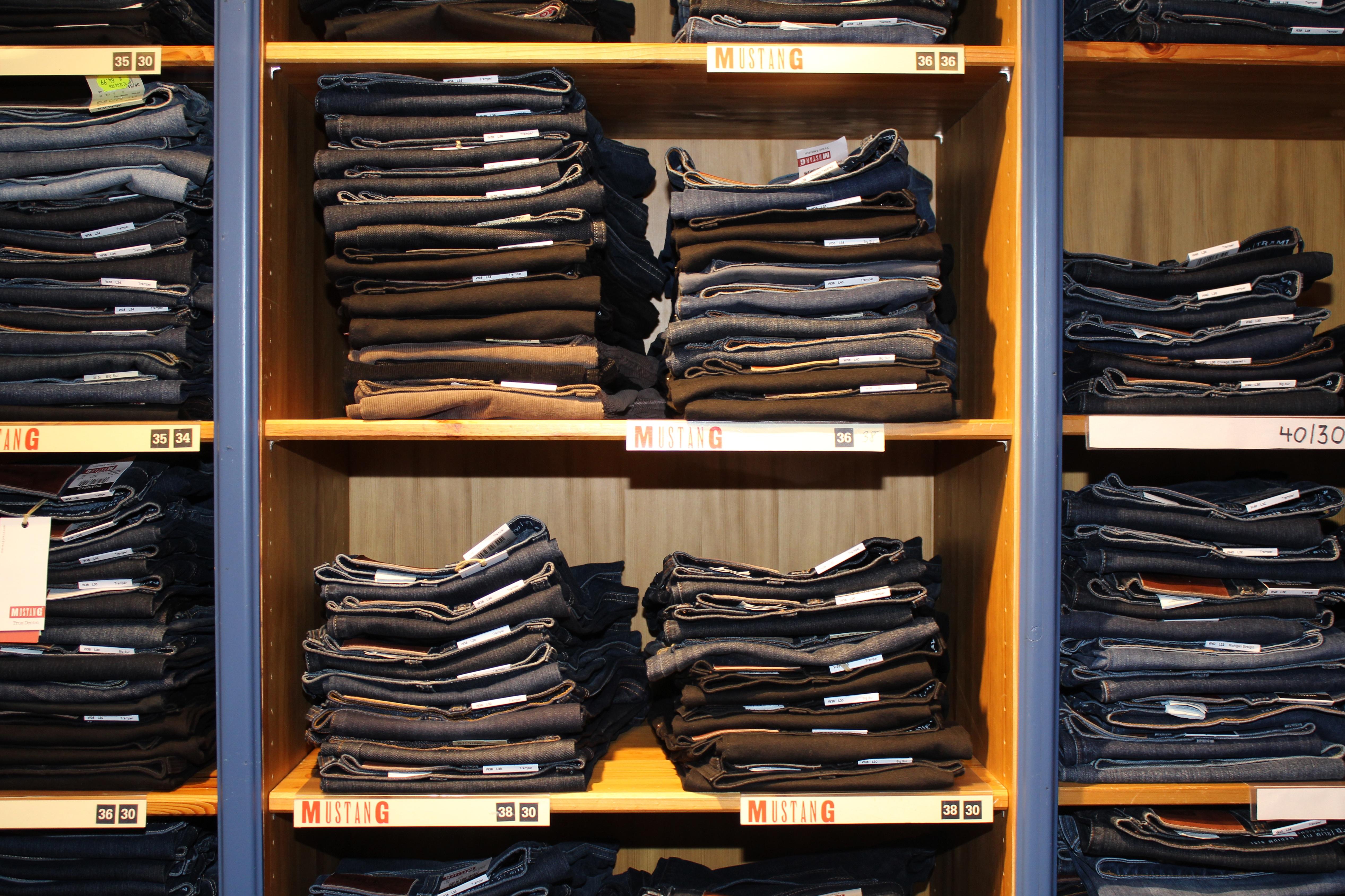 Images Gratuites : chaussure, bois, boutique, jeans, collection ...