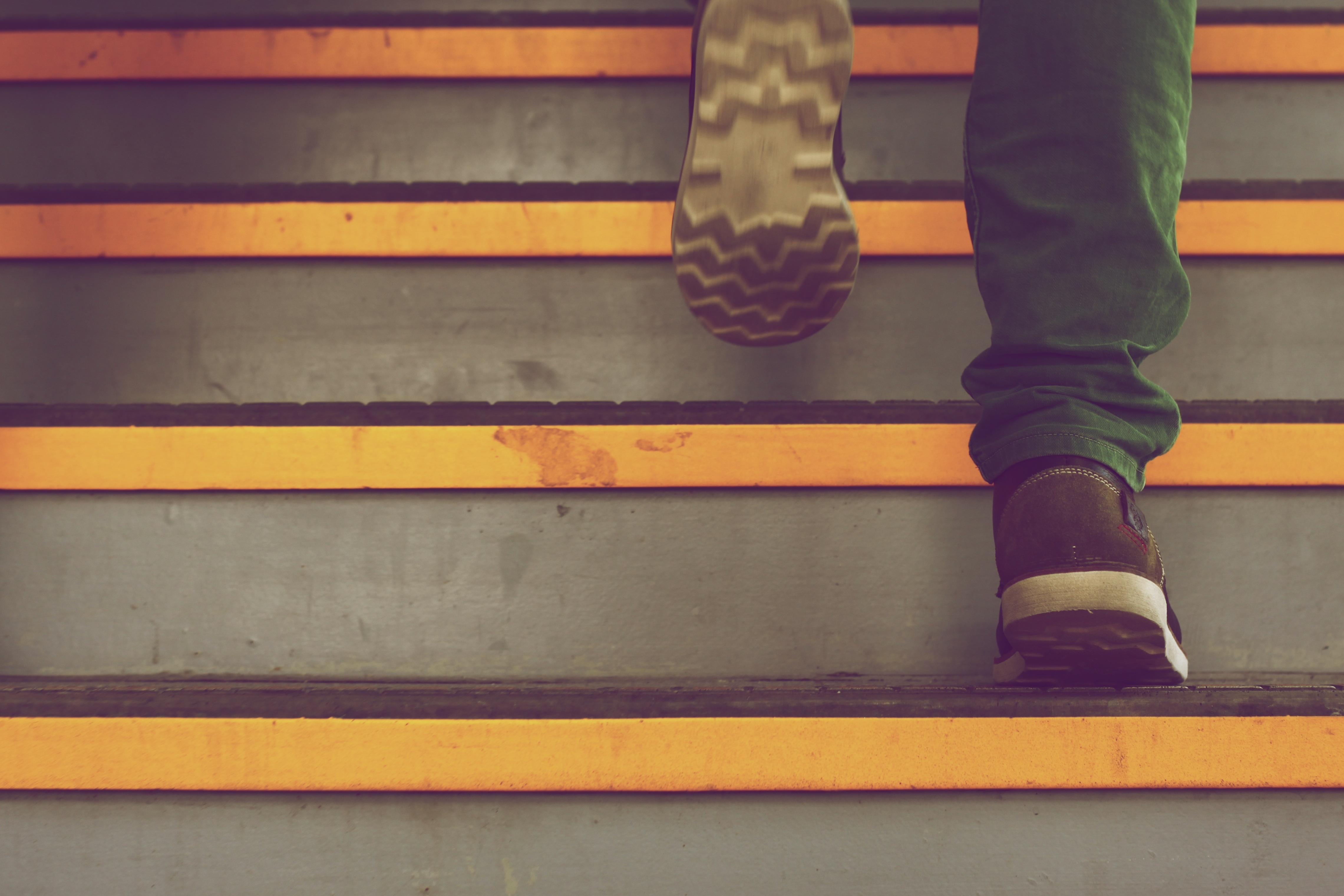 Pavimento Rosso Colore Pareti : Immagini belle scarpa legna scala pavimento numero parete