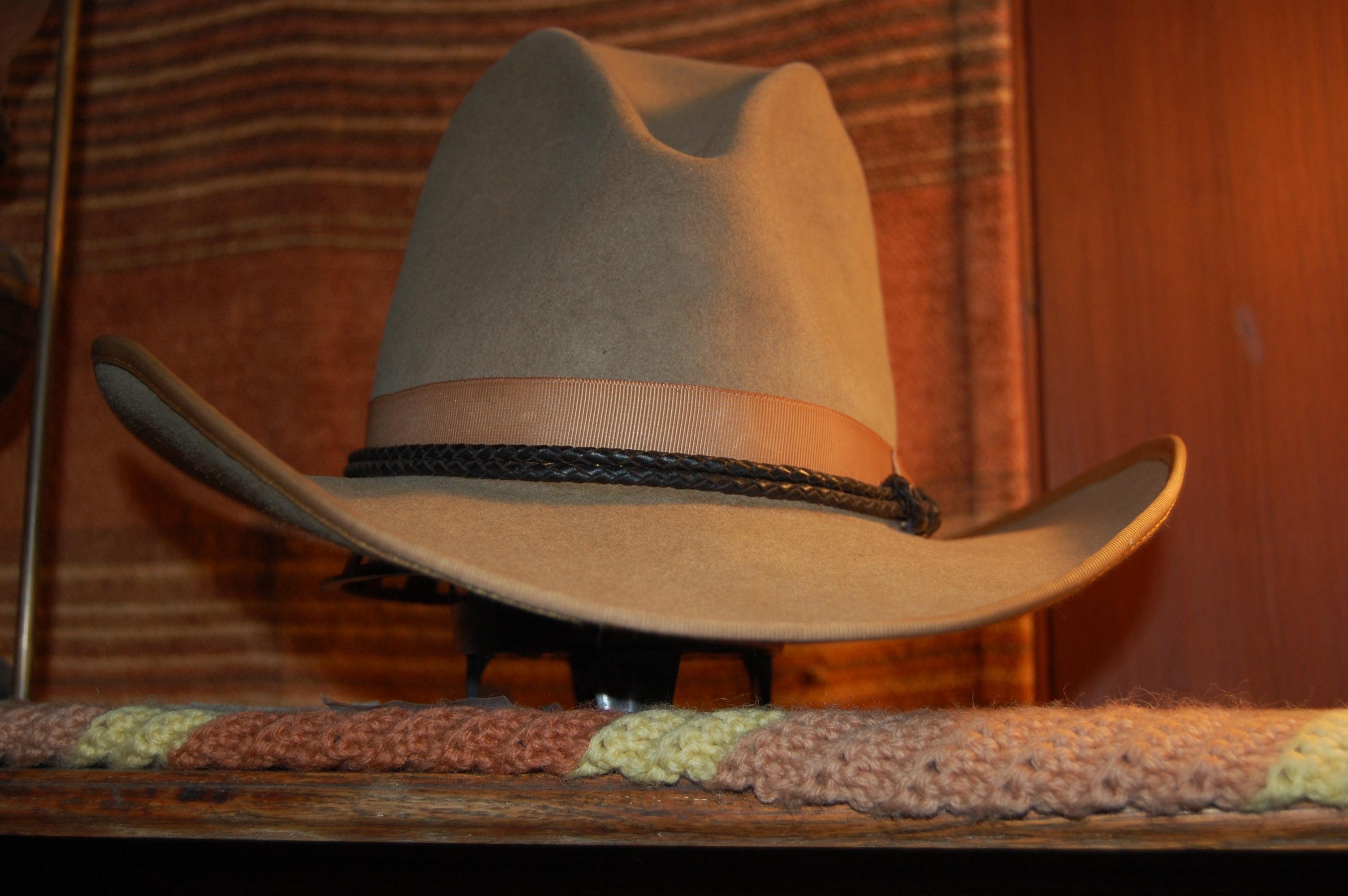 zapato madera vendimia silla sombrero ropa mueble Casco Oeste art americano  calzado occidental ropa tradicional Stetson 8e960b2db45