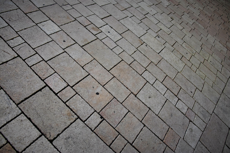 Marciapiede esterno in sfumature di grigio piastrelle del
