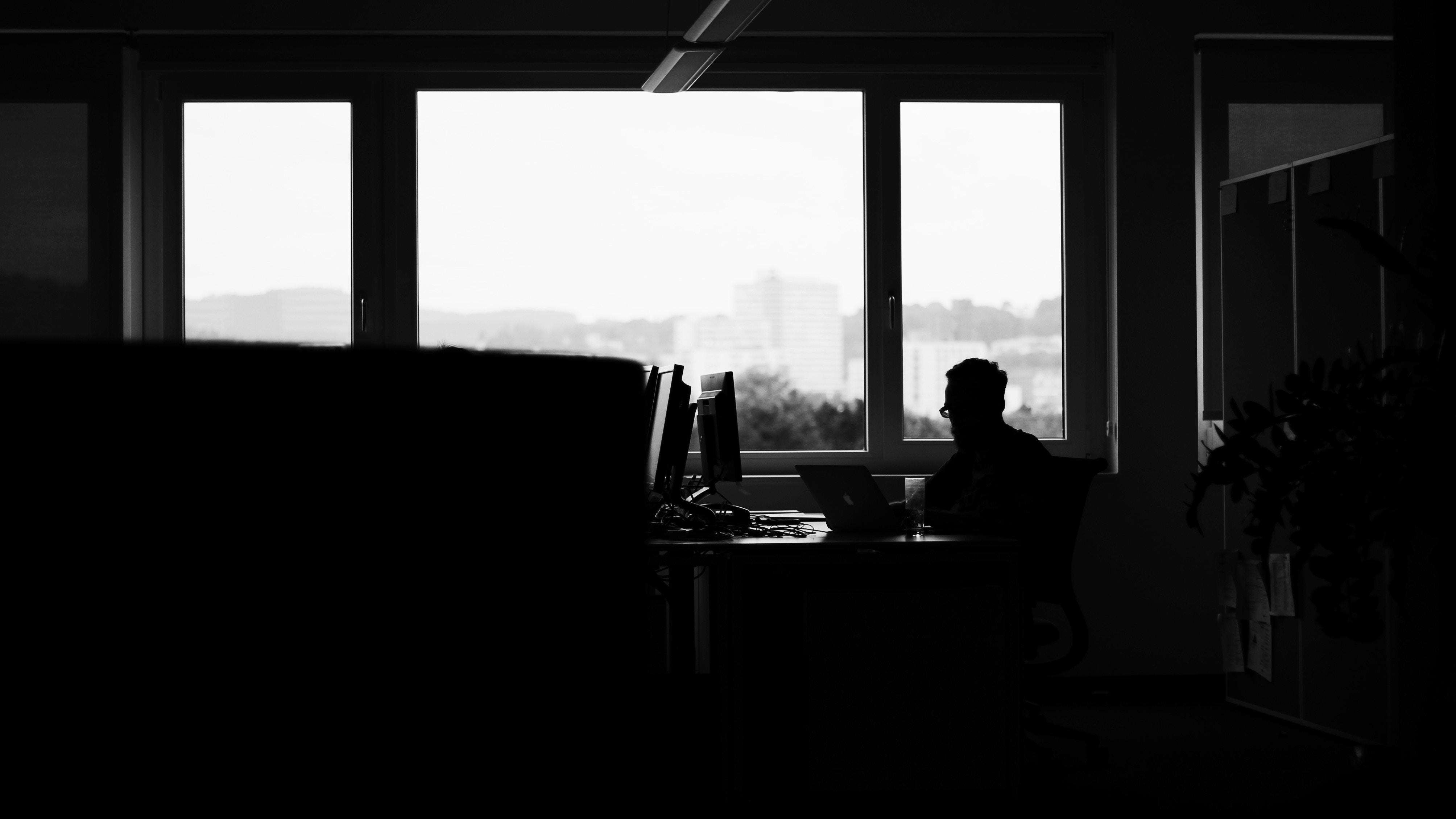 Черно белые картинки парней у окна