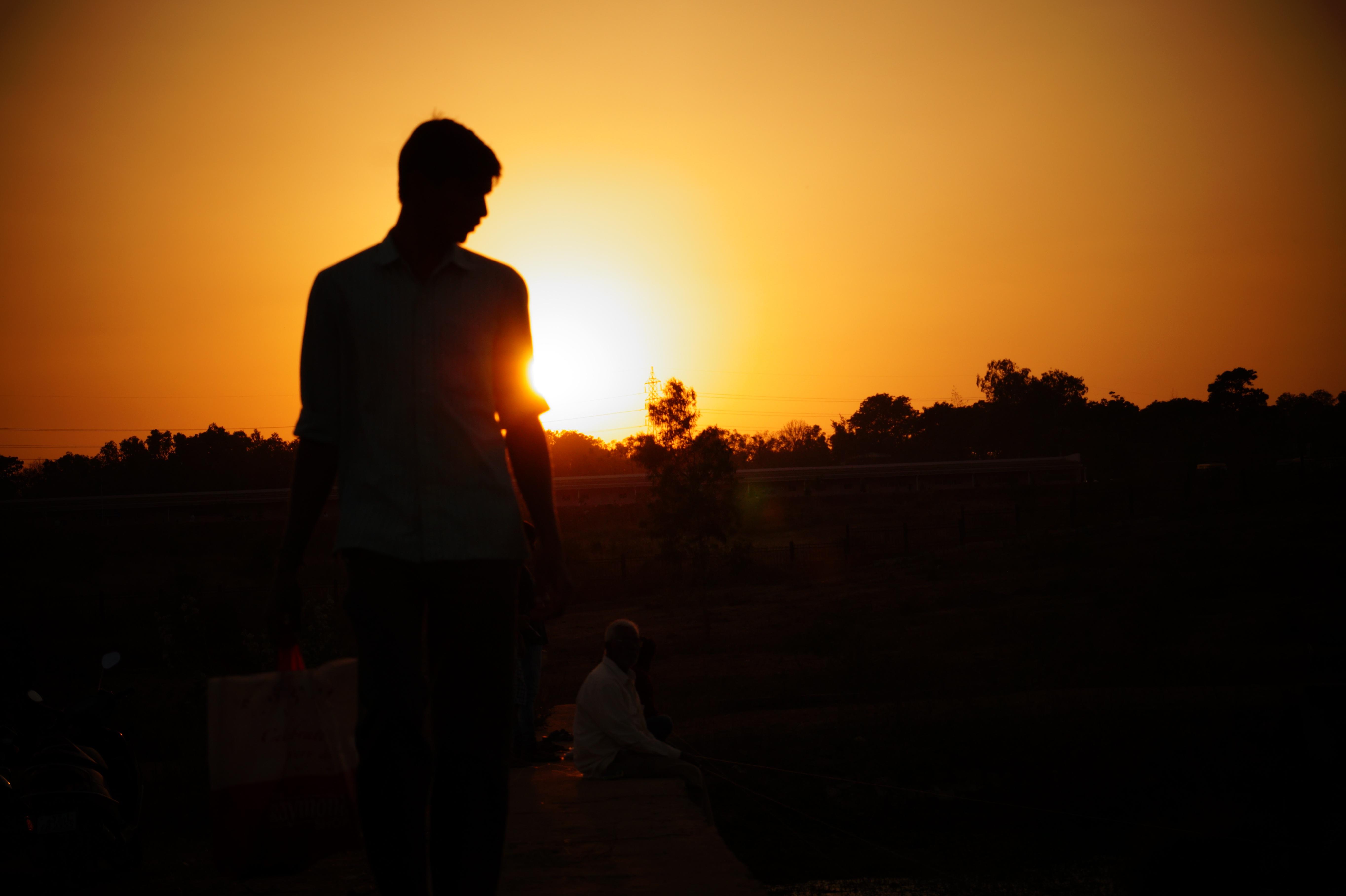 Картинки человек возле заката
