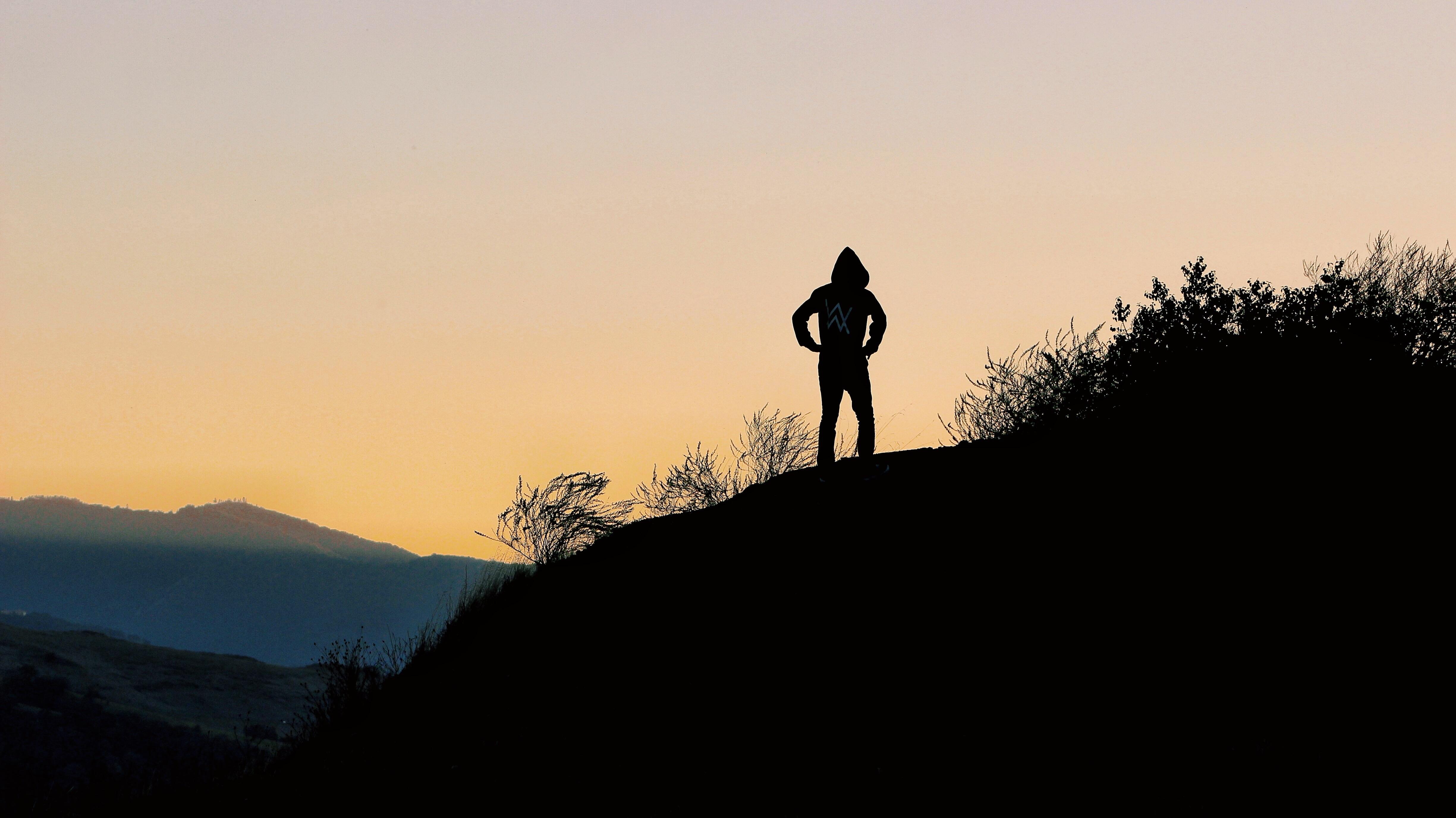 Парень картинки на холме