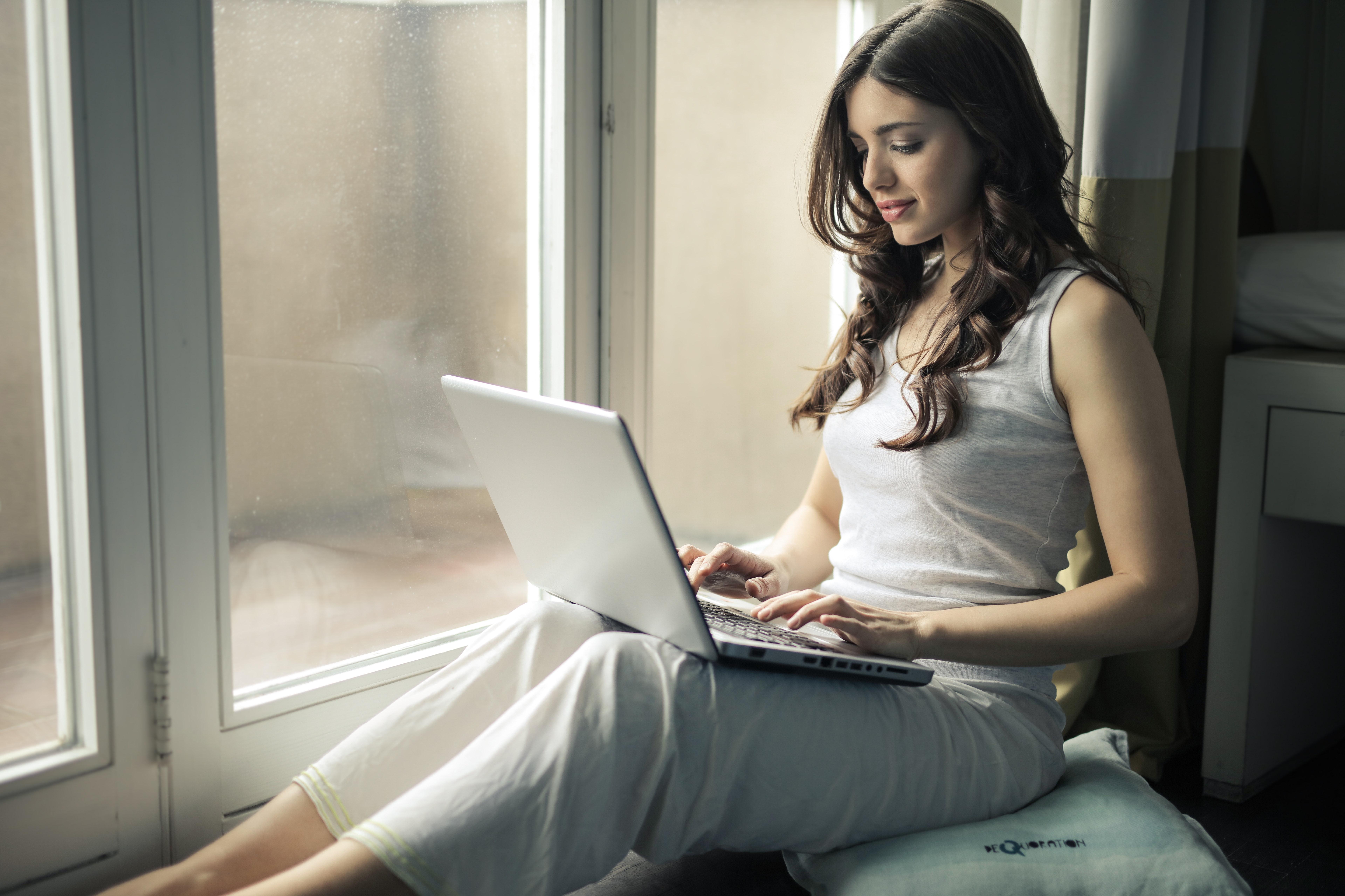 Картинки сидящих людей за ноутбуком