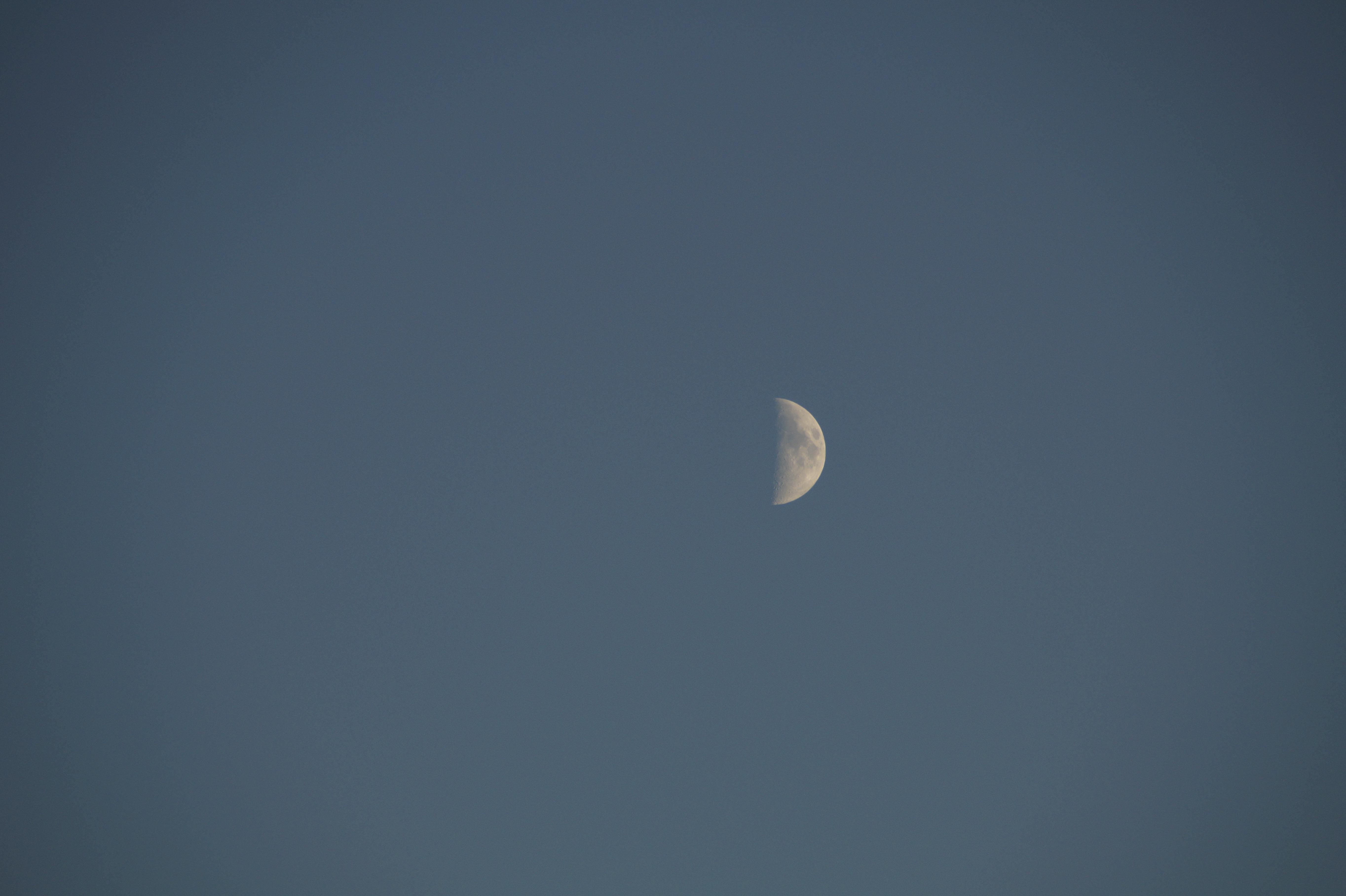 Gambar Suasana Siang Hari Langit Malam Fenomena Bulan Sabit