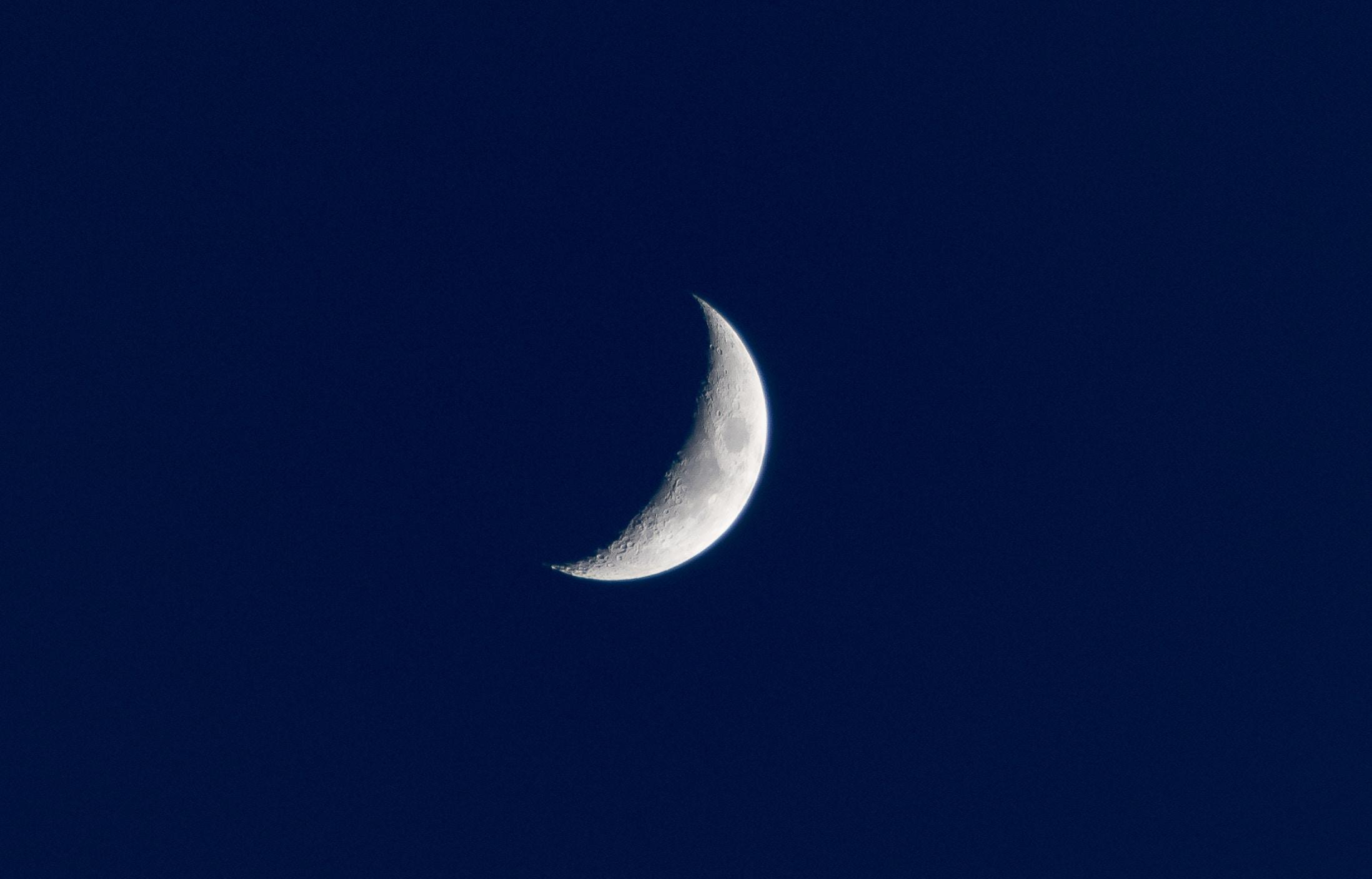 Gambar Langit Malam Suasana Siang Hari Fenomena Bulan Sabit