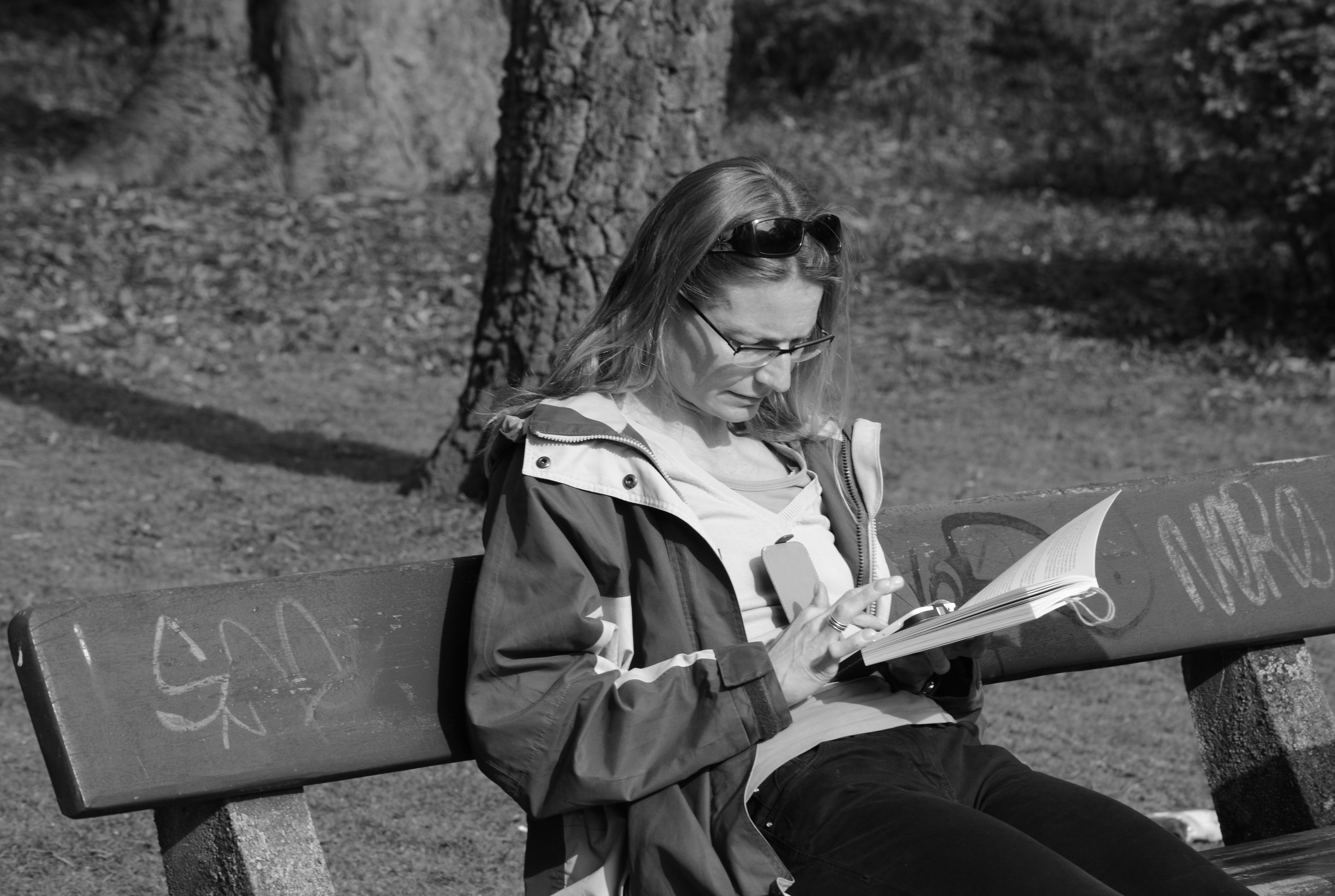 Mujer Leyendo El Libro En Blanco En El Jardín: Fotos Gratis : Smartphone, Libro, Leer, Persona, En Blanco