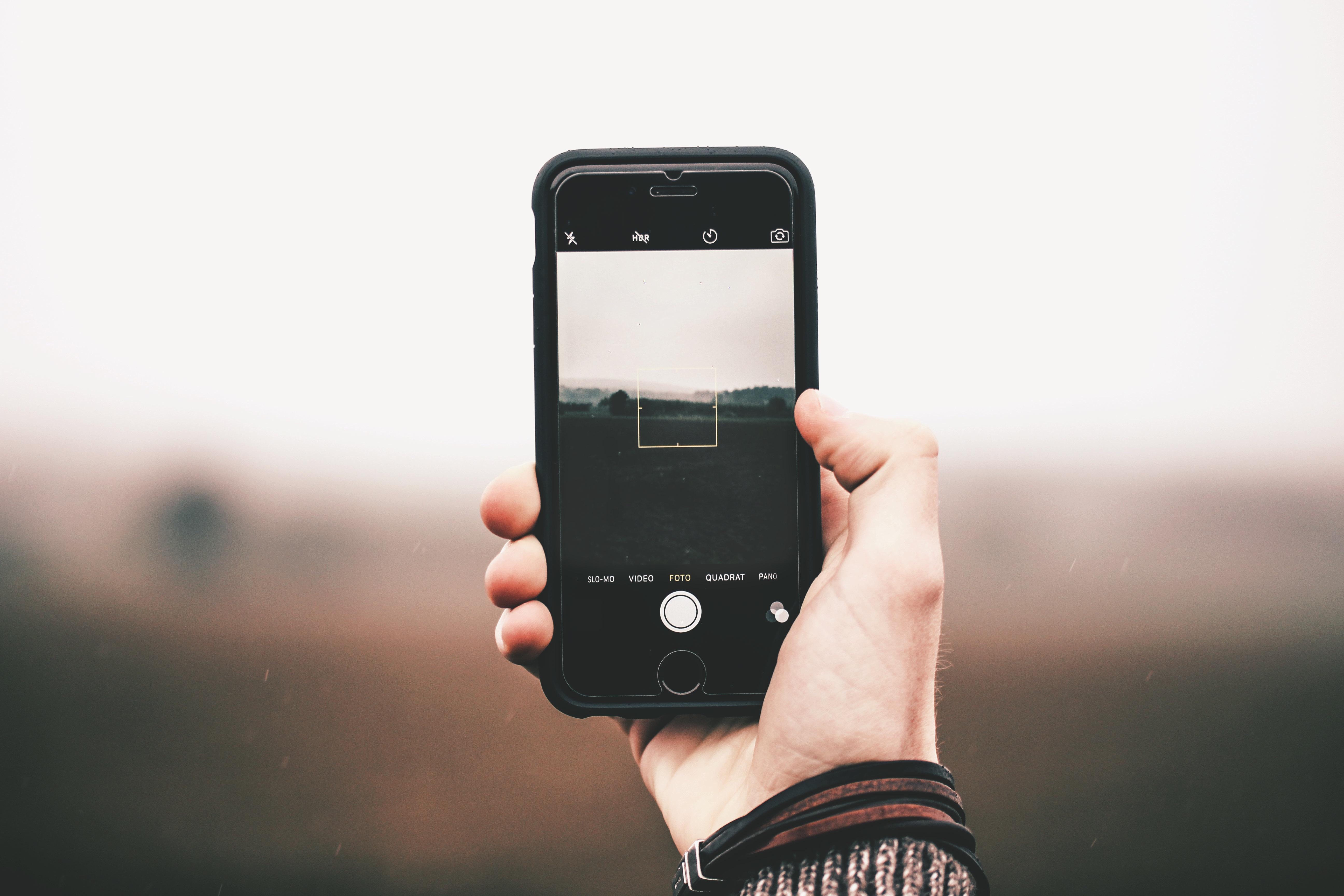 появилось телефон фотографирует а фото черное подарок или красивый