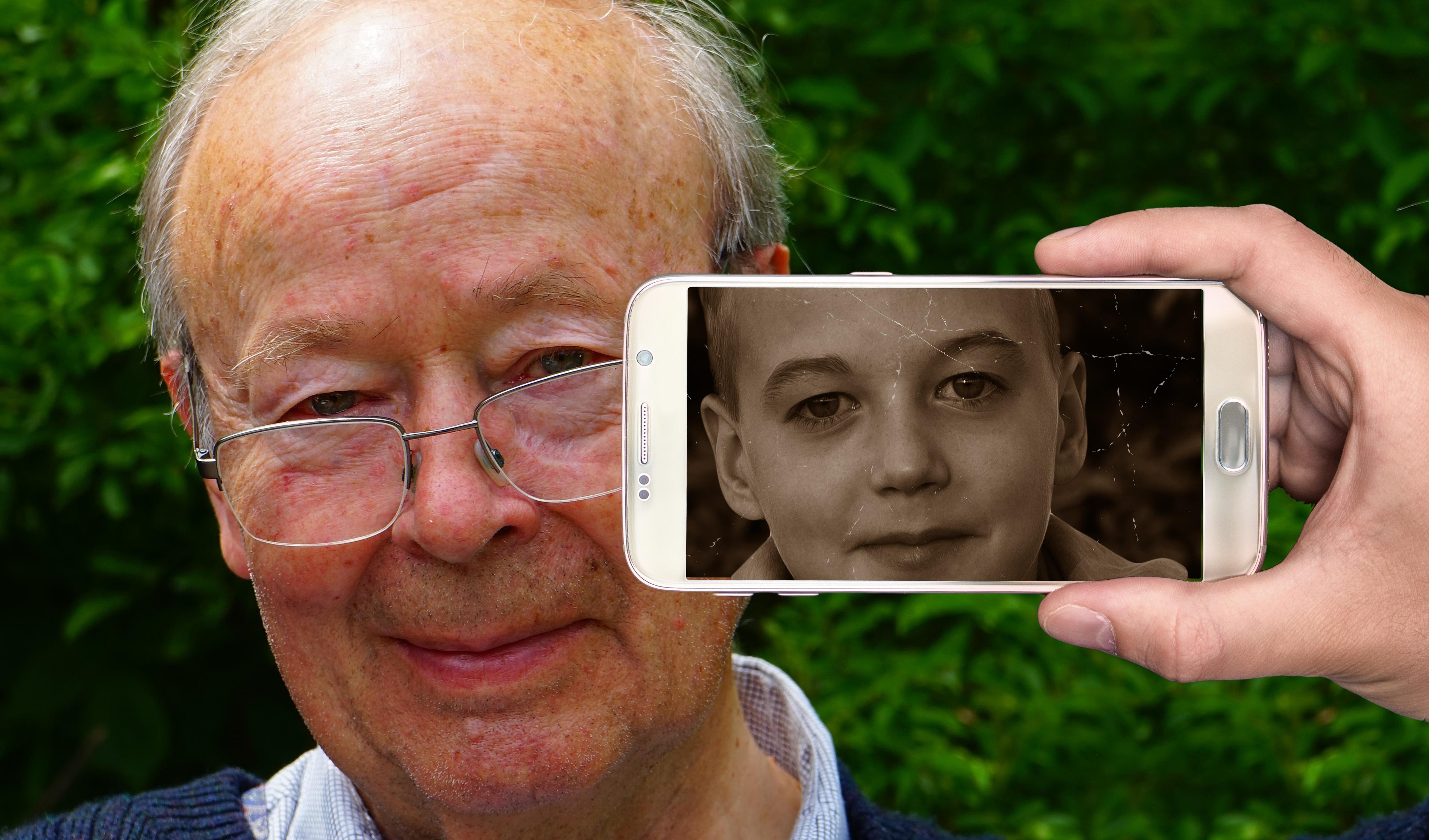 """Résultat de recherche d'images pour """"smartphone senior"""""""