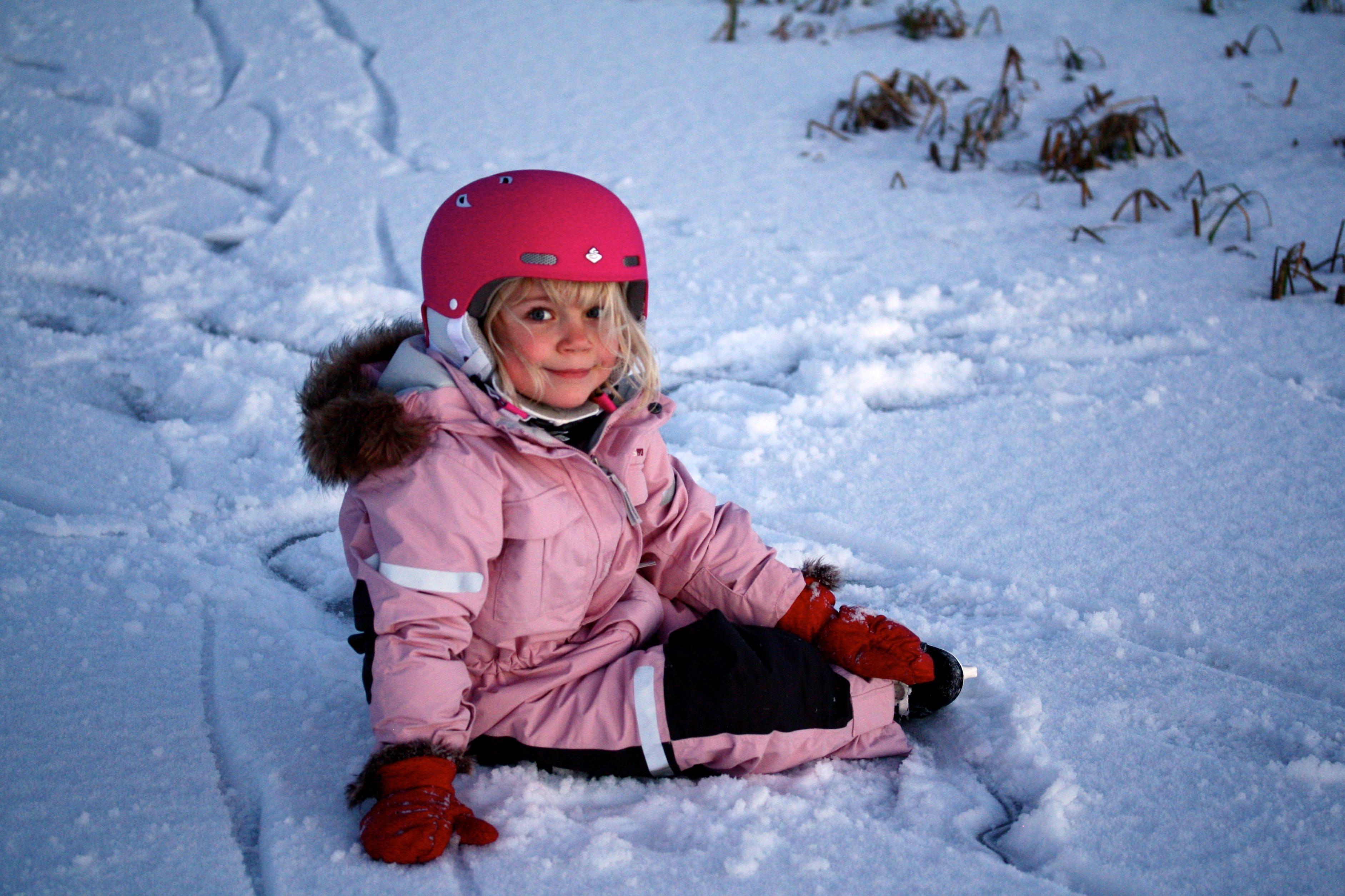 Малыш на снегу картинка