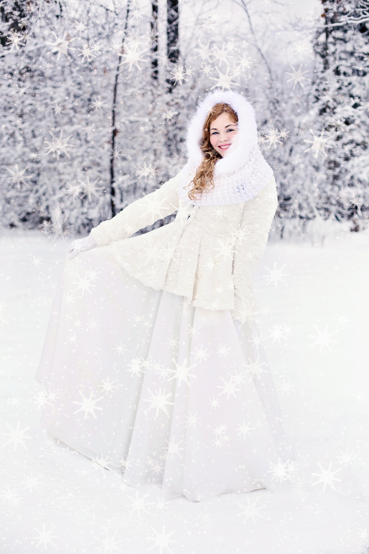 7e5517ca sne kold vinter pige kvinde hvid ung forår snedækket tøj bryllupskjole brud  sæson griner kjole lykkelig