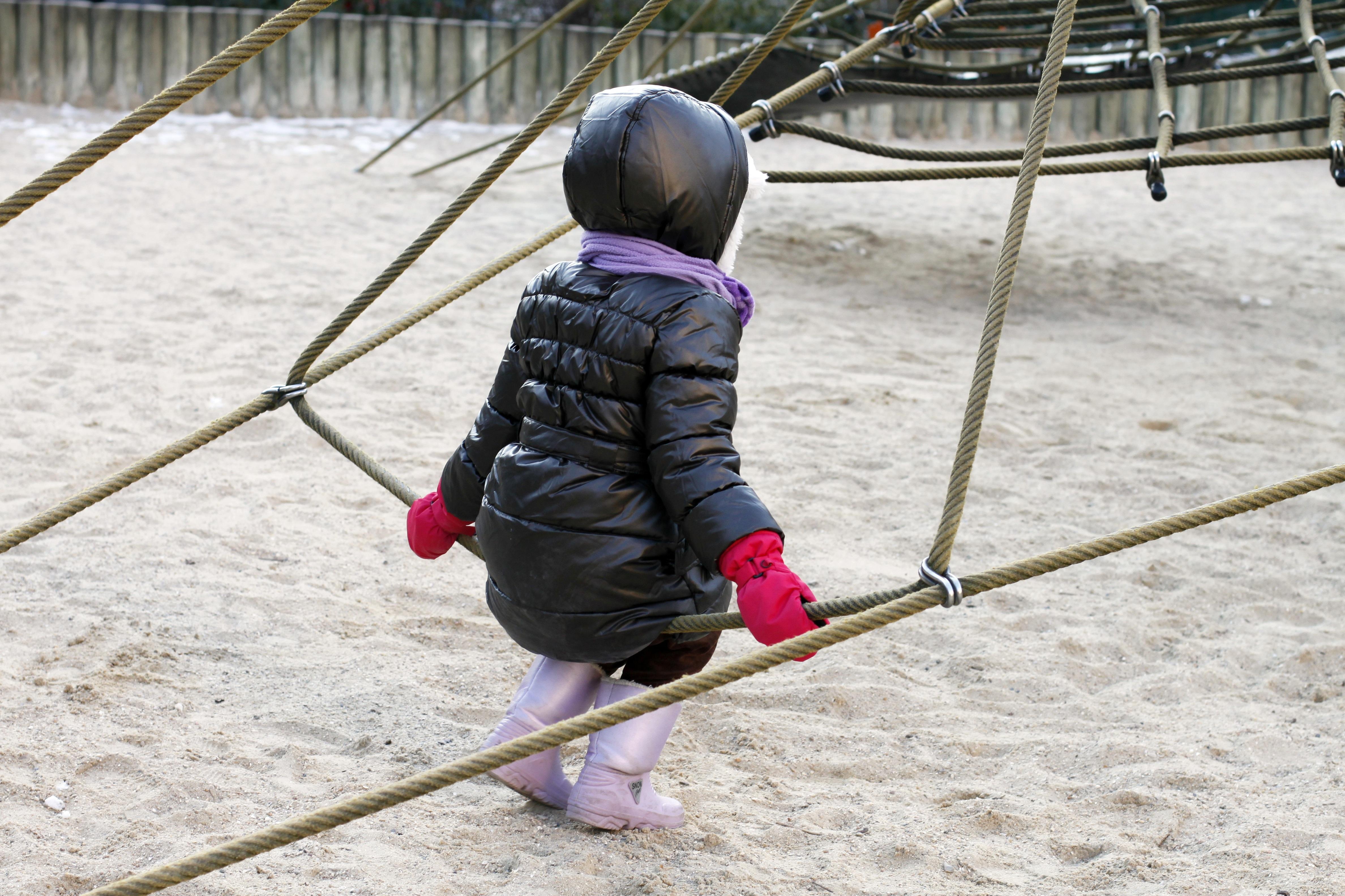 elegant nieve nia jugar parque nio alpinismo juguete patio de recreo juegos juegos infantiles equipo de juego