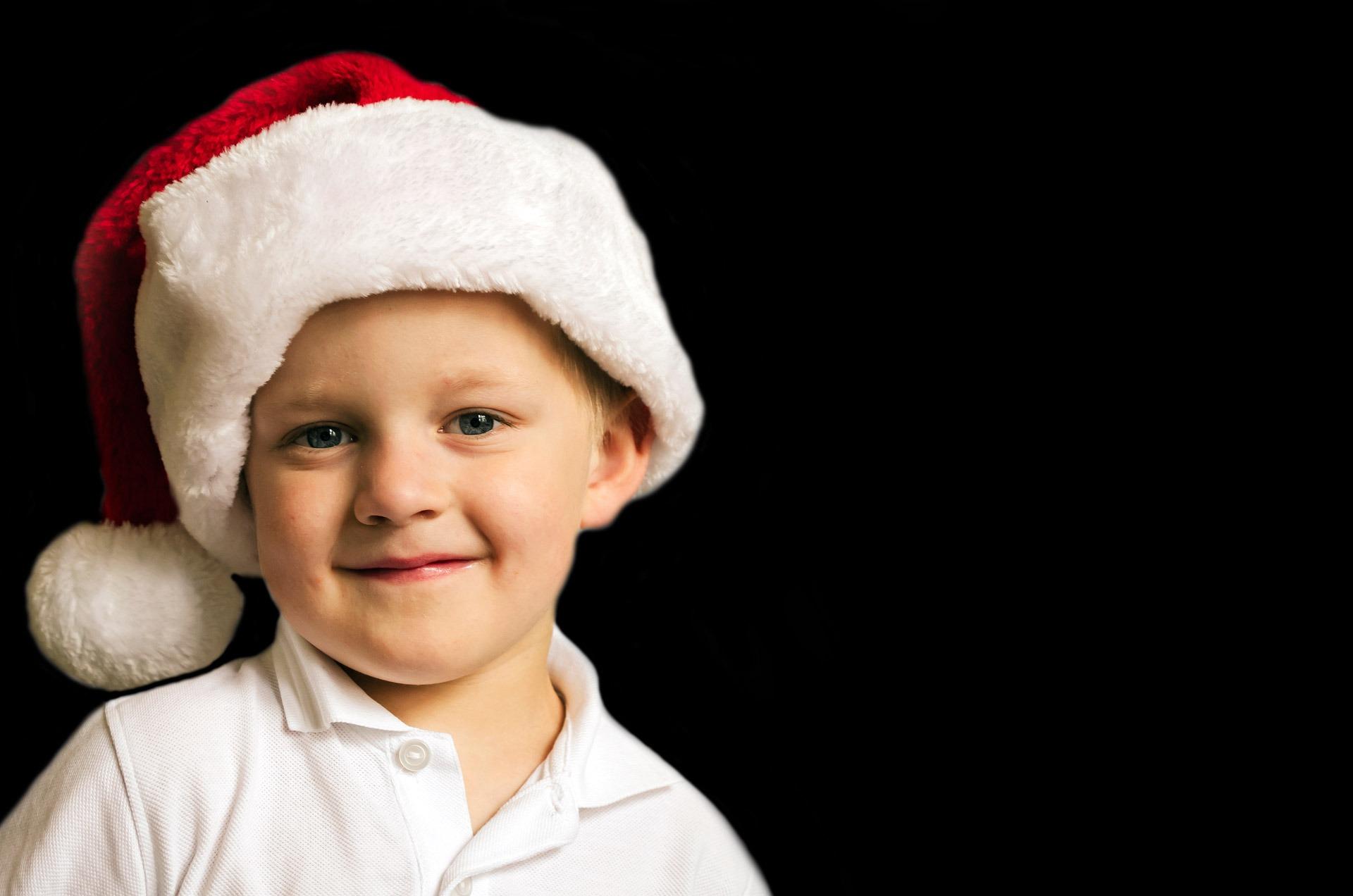 Fotos gratis nieve gente blanco chico ni o regalo joven rojo fiesta ropa navidad - Regalos chico joven ...