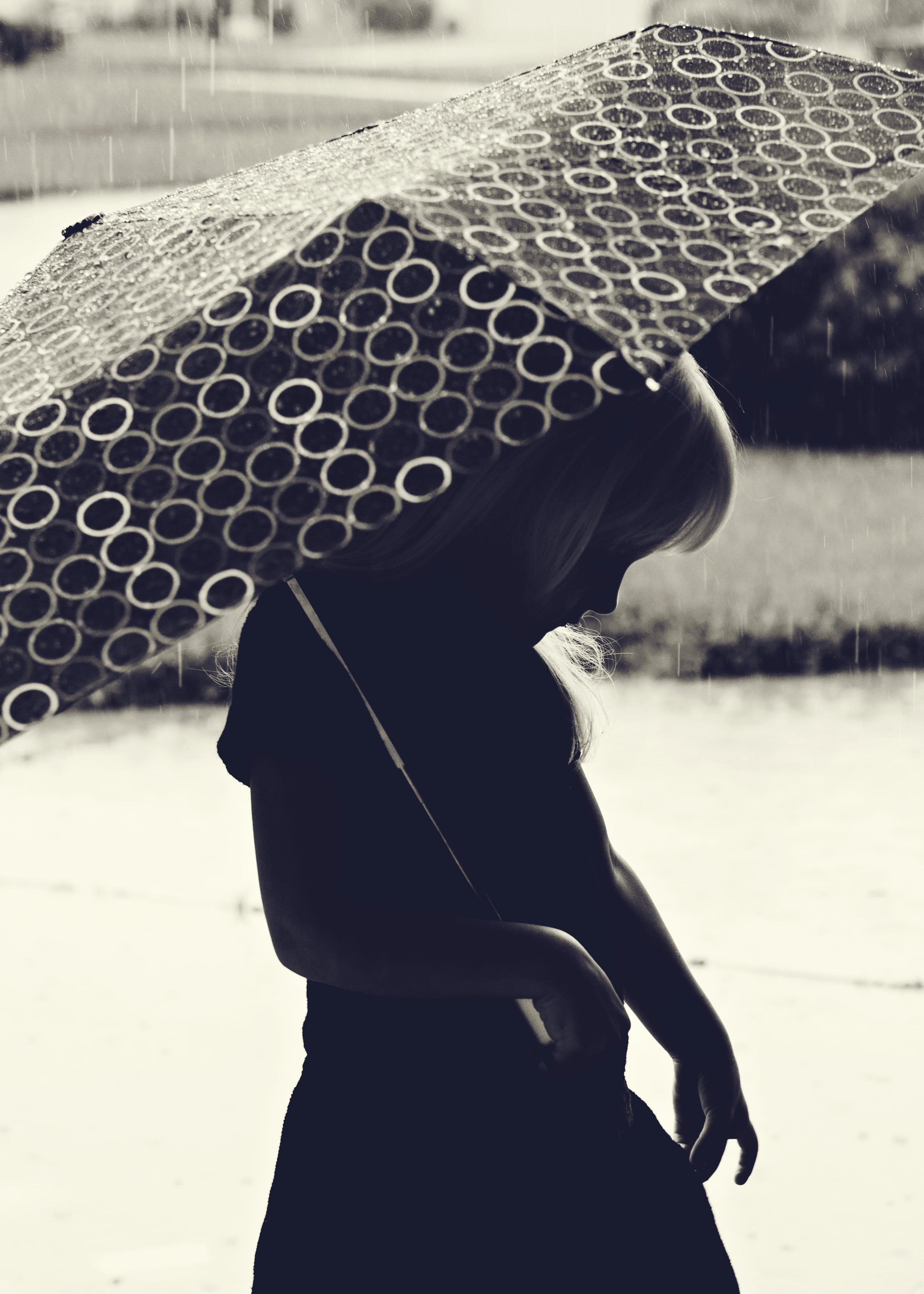 Gambar Salju Musim Dingin Hitam Dan Putih Gadis Hujan Murung Musim Semi Payung Cuaca Badai Bayangan Mode Pakaian Satu Warna Sedih Gaun Foto Depresi Tidak Bahagia Fotografi Monokrom Fashion Aksesori 2540x3556