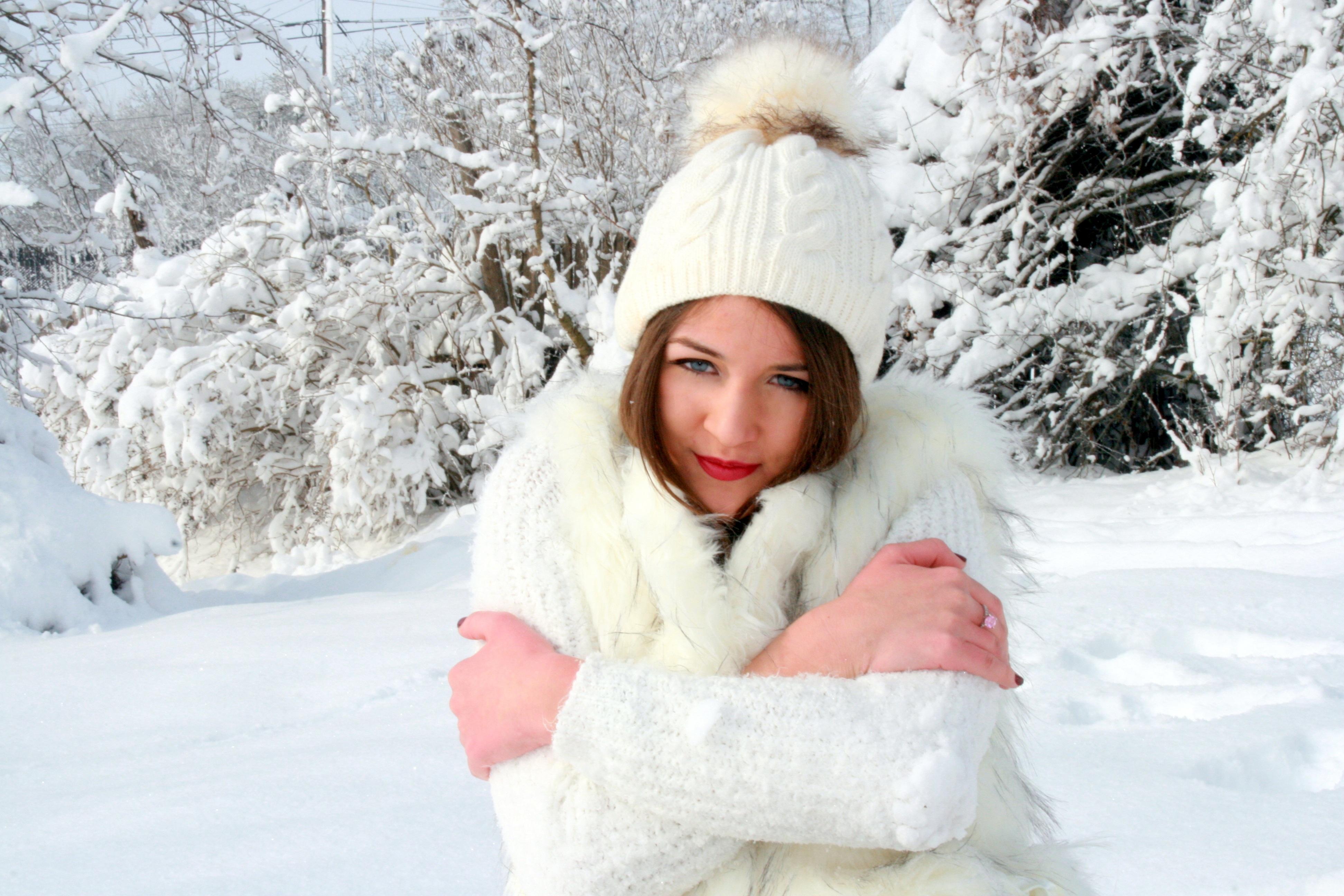perepihnulis-zimoy-s-blondinkoy-ero-cherno-belie-foto