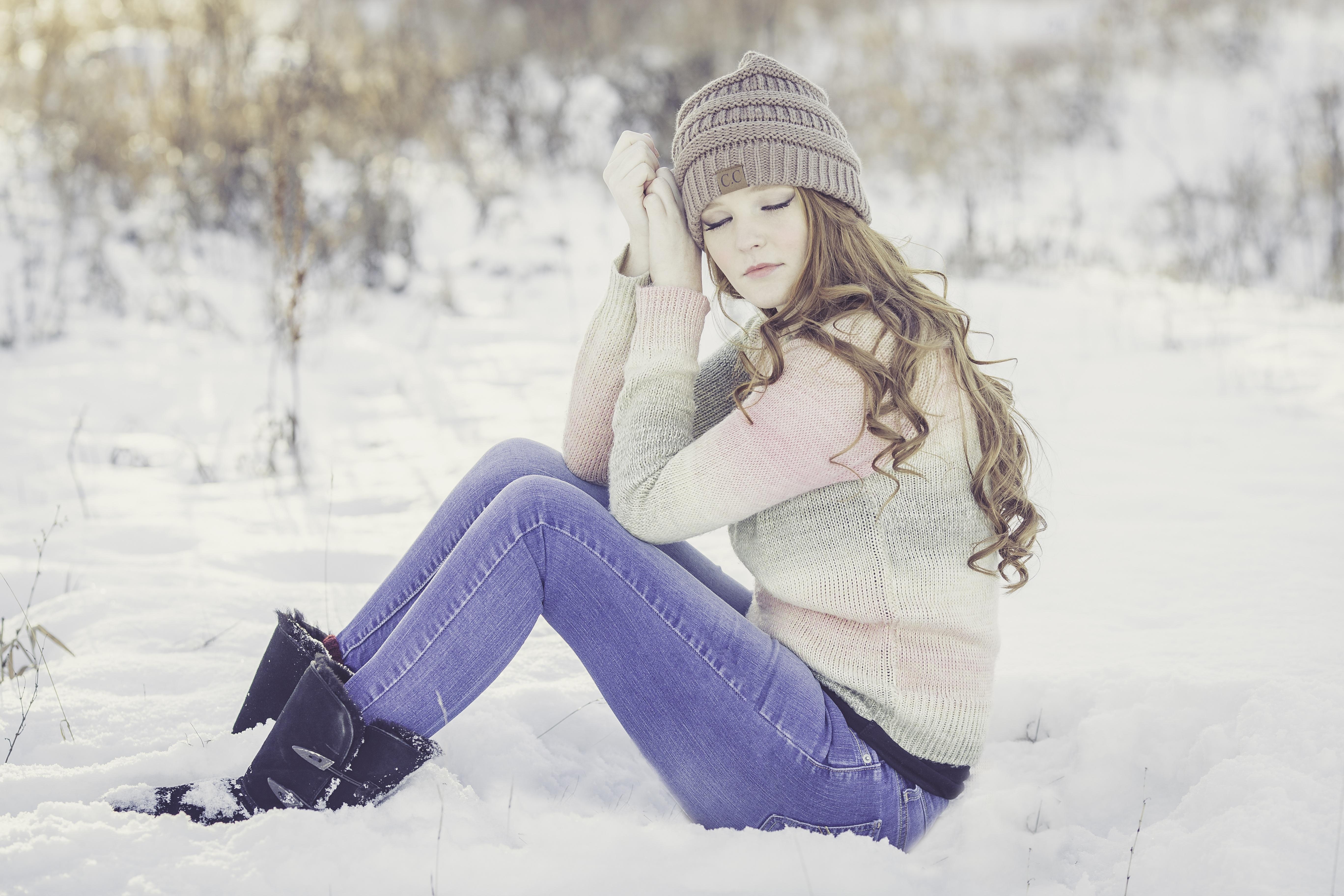 такое картинки с красивыми сидящими на снегу двери