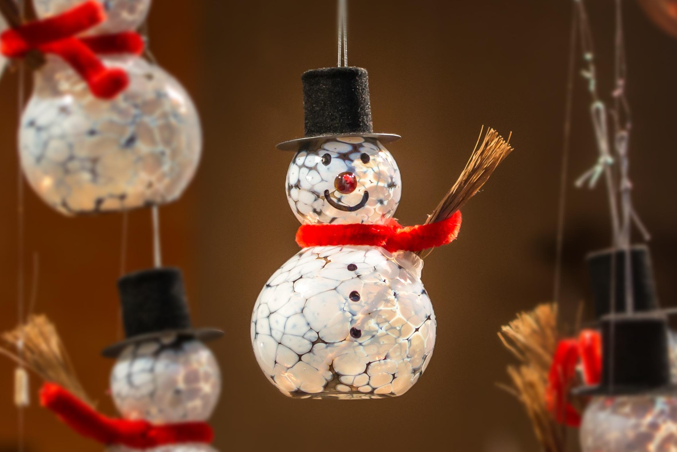 Fotos gratis invierno rojo nevado rbol de navidad for Adornos navidenos 2017 trackid sp 006