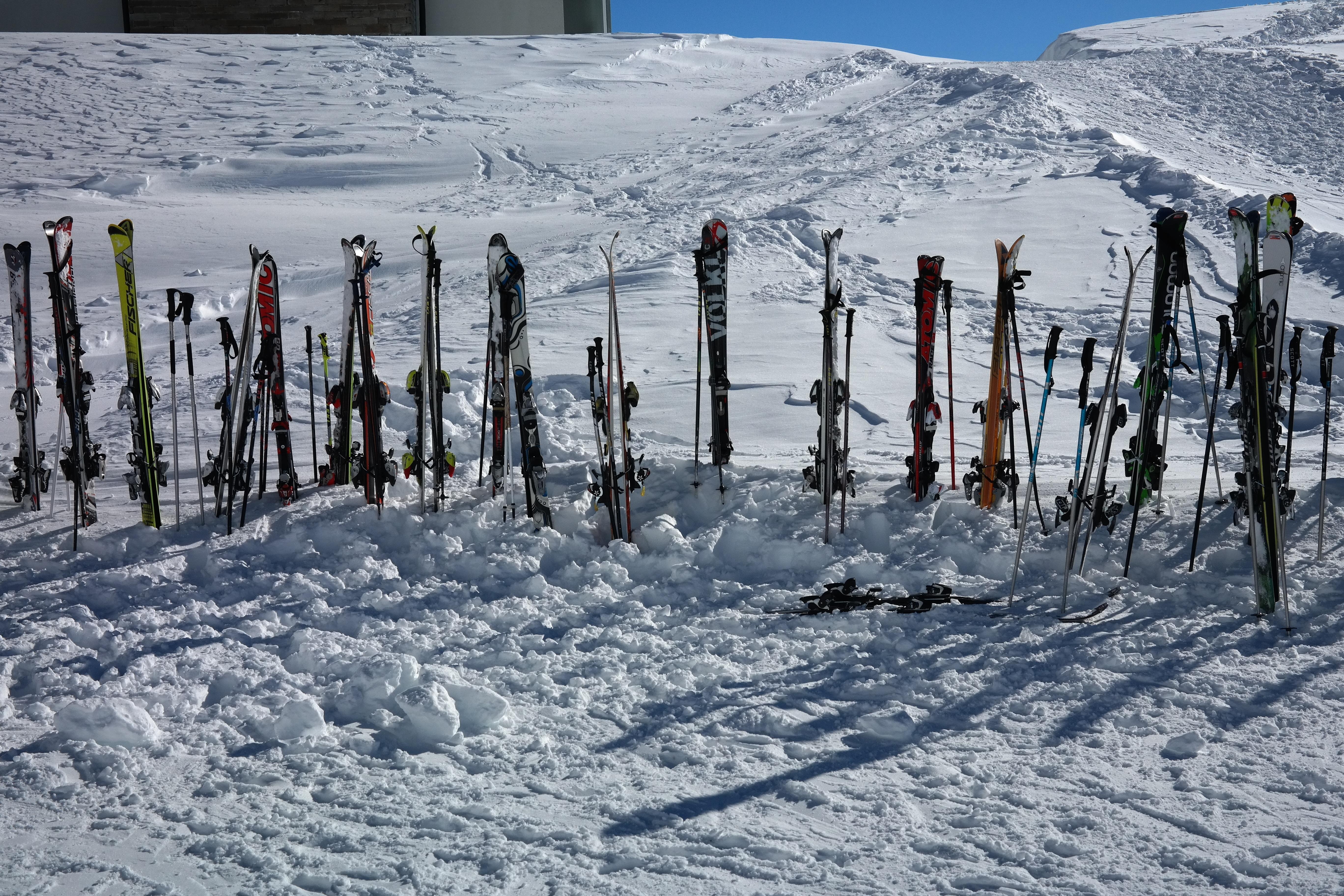 Картинка лыжи в снегу