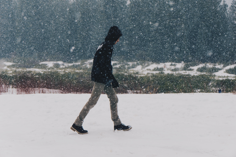 сезон человек идущий по снегу картинки особо