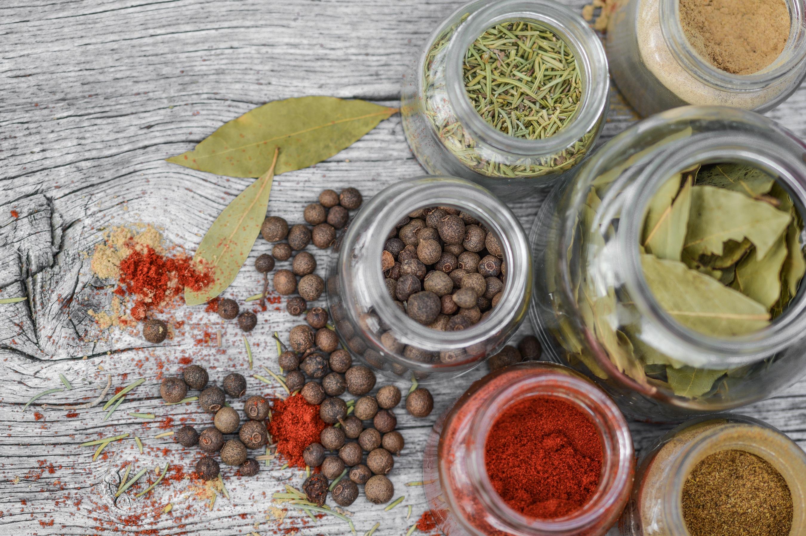 Gambar : bumbu-bumbu, botol, dapur, memasak, kayu, lada, kaca, bahan, cabai, rumah tangga, alam, herba, kuliner, wadah, bermacam-macam, aromatik, pedas, ...