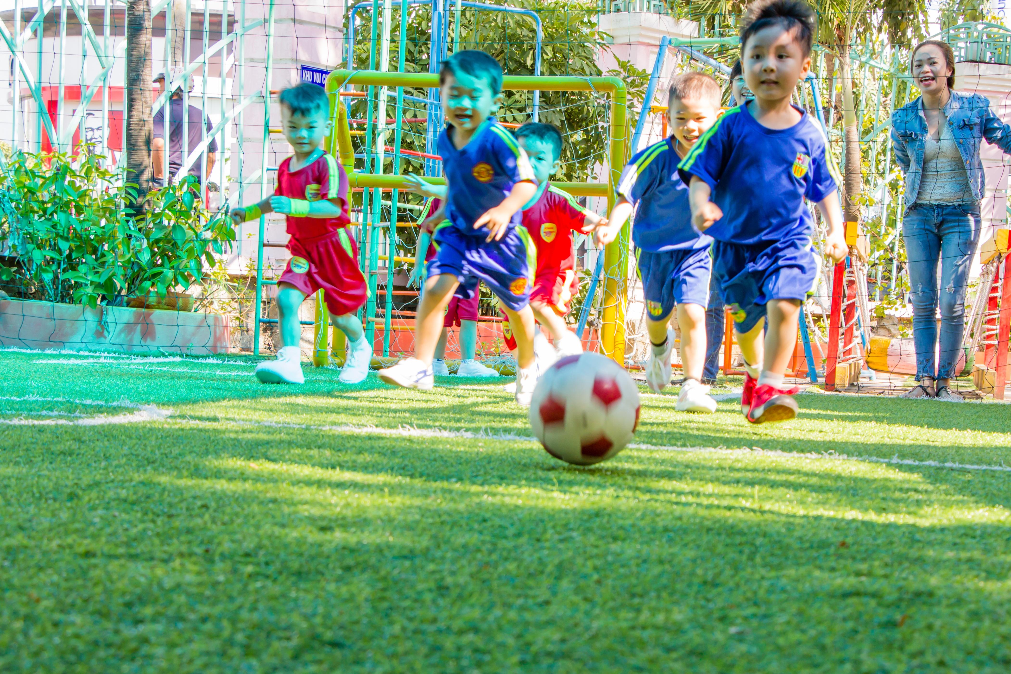 Fotos Gratis Deporte Cesped Jugar Masculino Joven Futbol