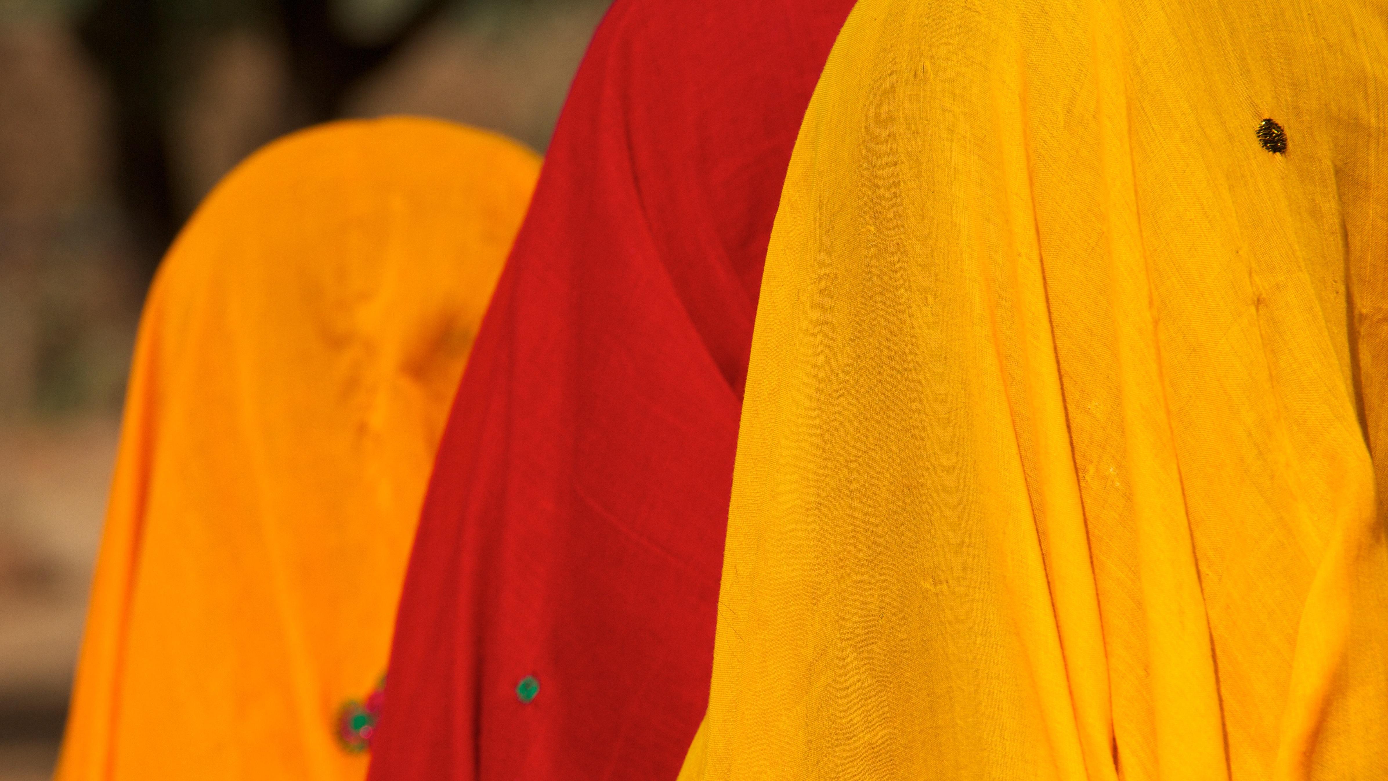 d6ca3c93 forår rød farve tøj gul overtøj piger kjole indien farverig sjal piger i  farverige sjaler indien