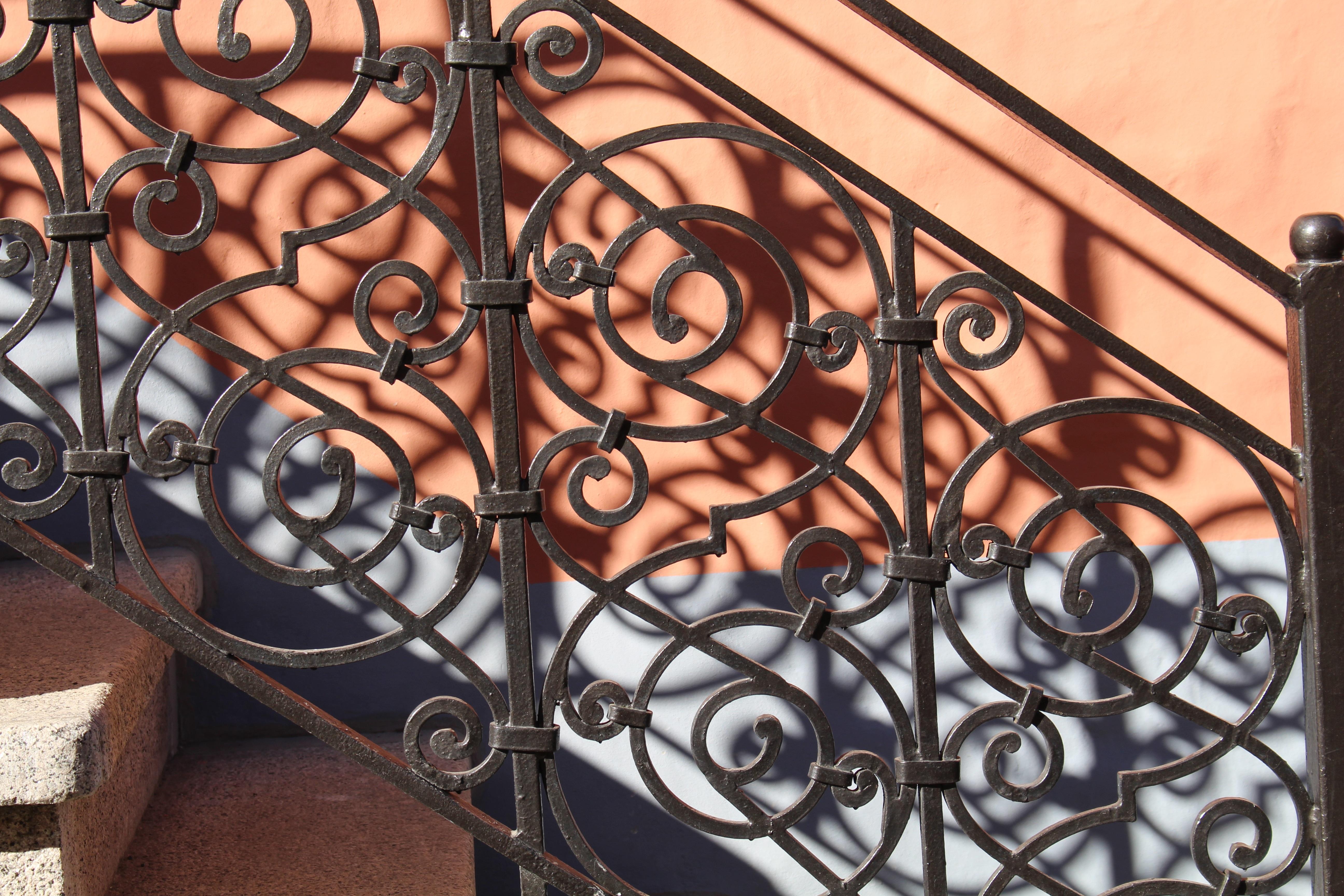 escalera metal material pretil oscuridad hierro detalle barandilla balaustre