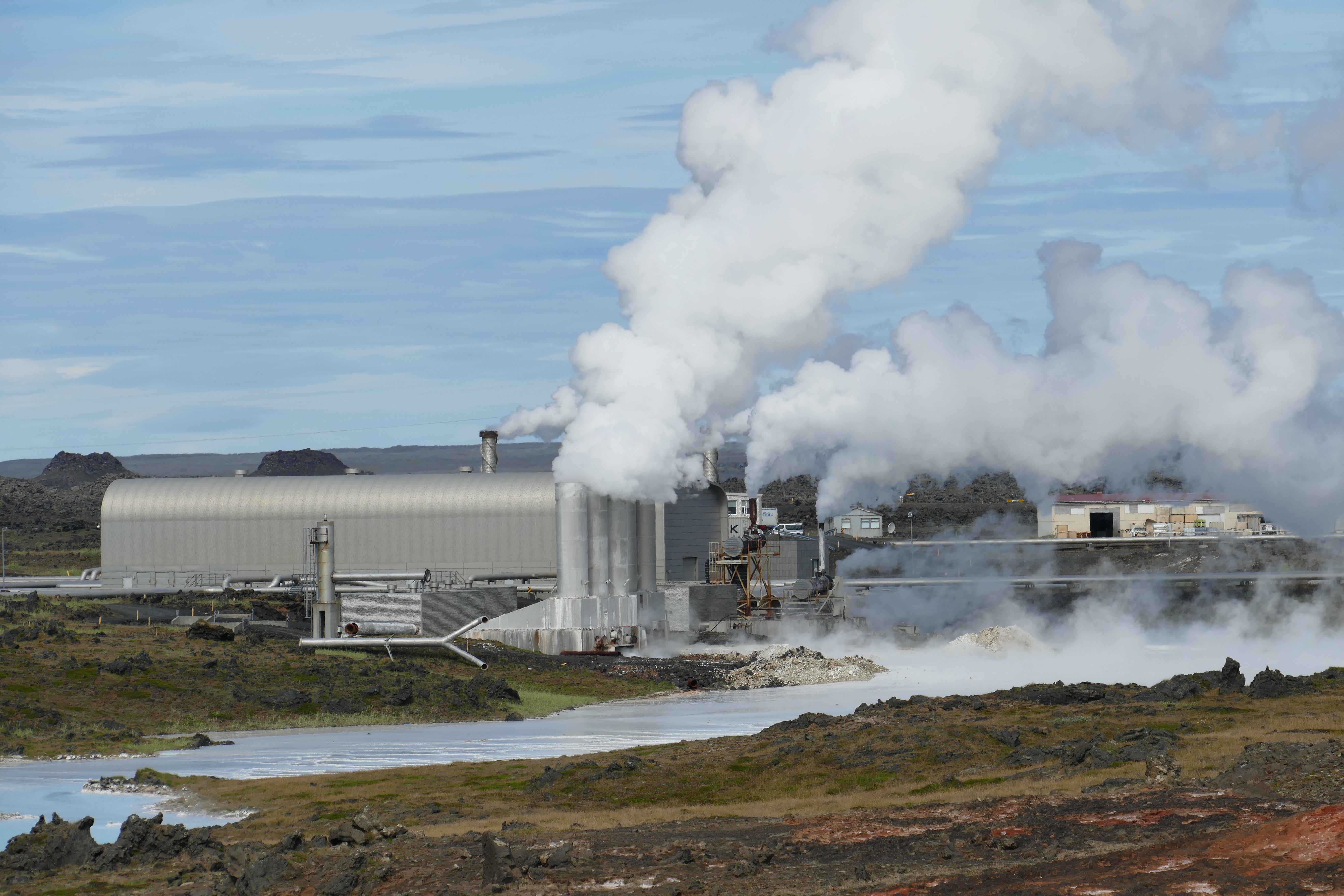 Pembangkit listrik tenaga panas bumi merupakan salah satu pemanfaatan tenaga endogen