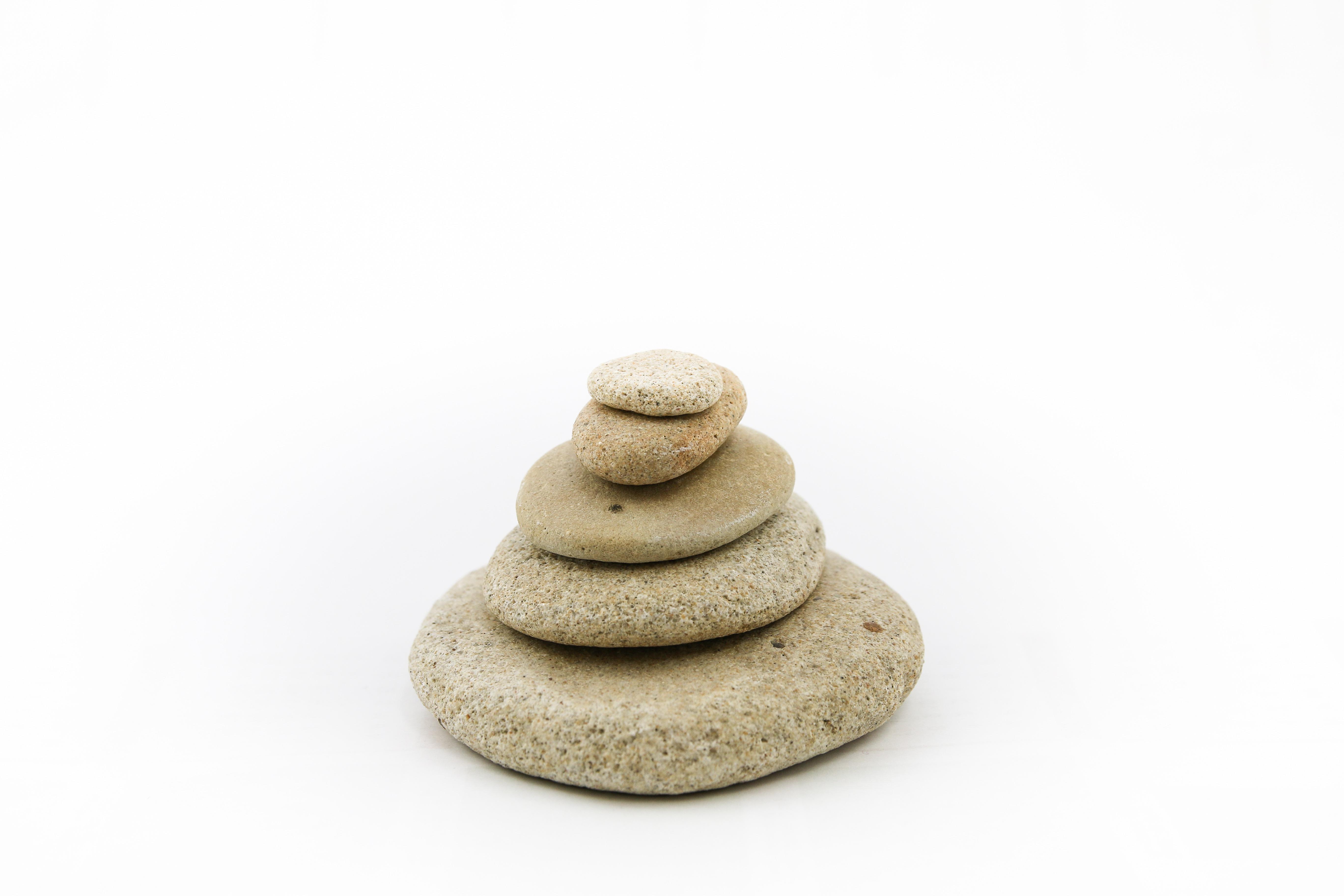 piedra apilar material zen meditacin tranquilidad de espritu las piedras sobre un fondo blanco - Piedras Zen