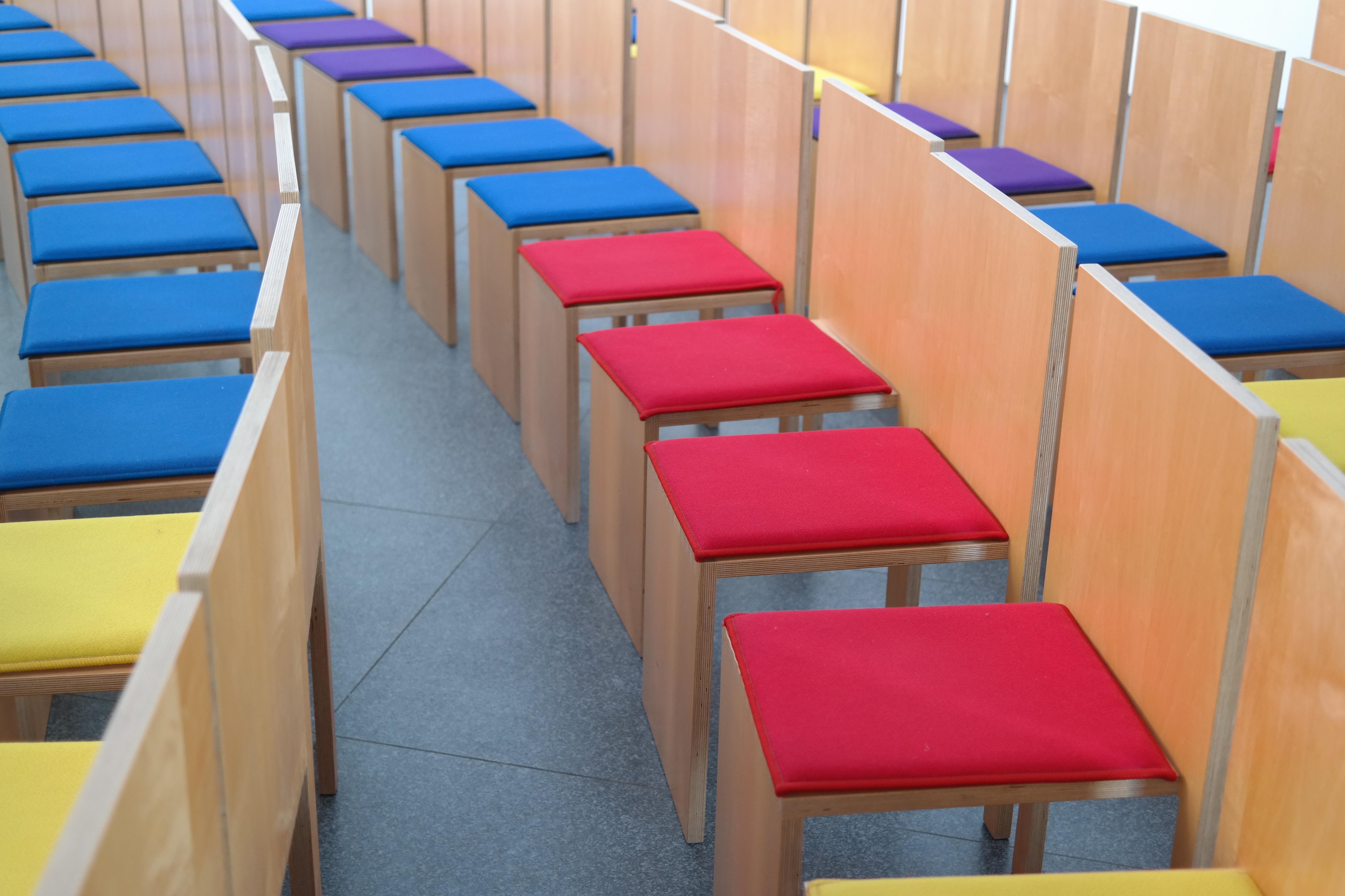 Fotos gratis : estructura, sala, asiento, rojo, azul, descanso ...