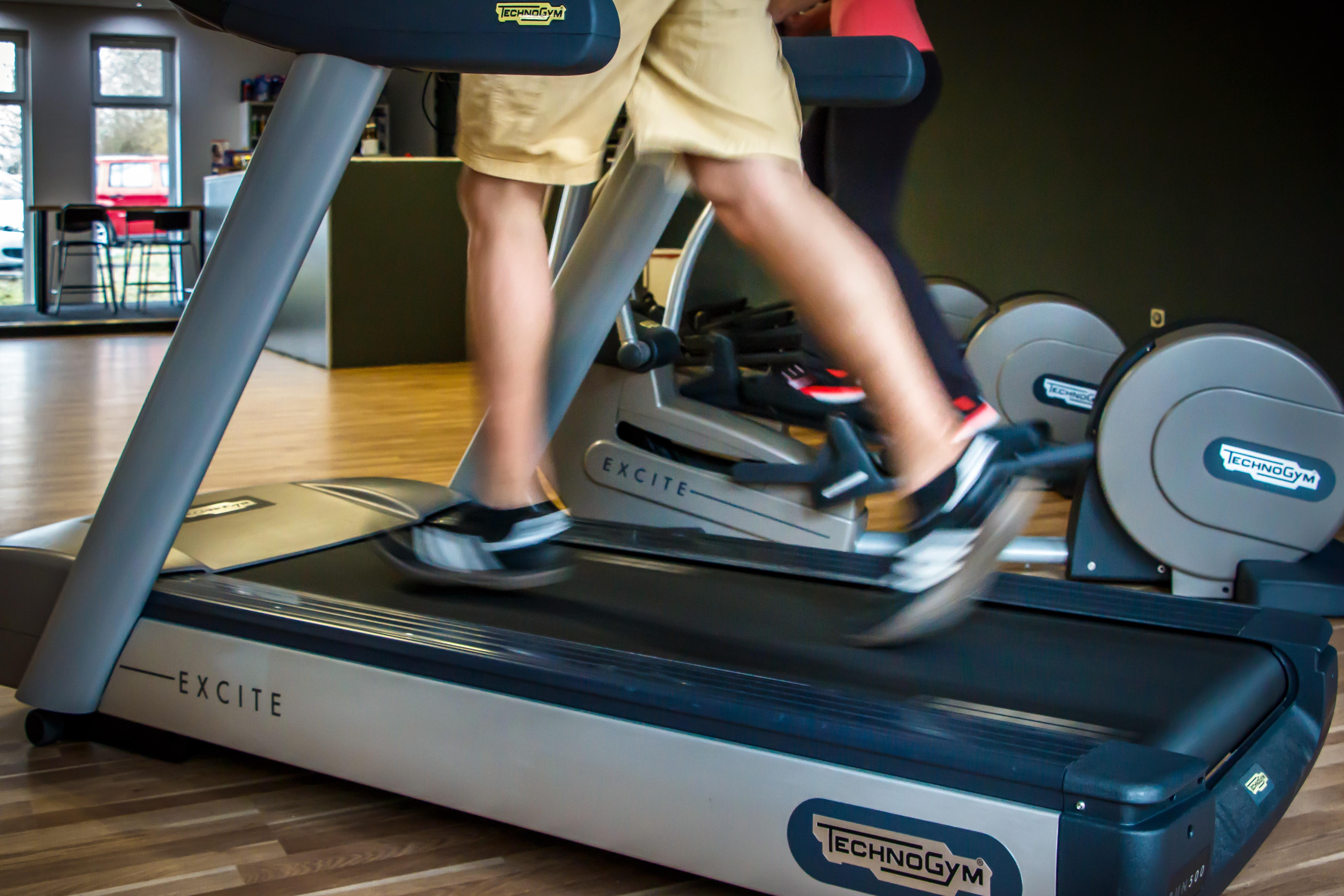 caminar para el ejercicio de pérdida de peso de la aptitud