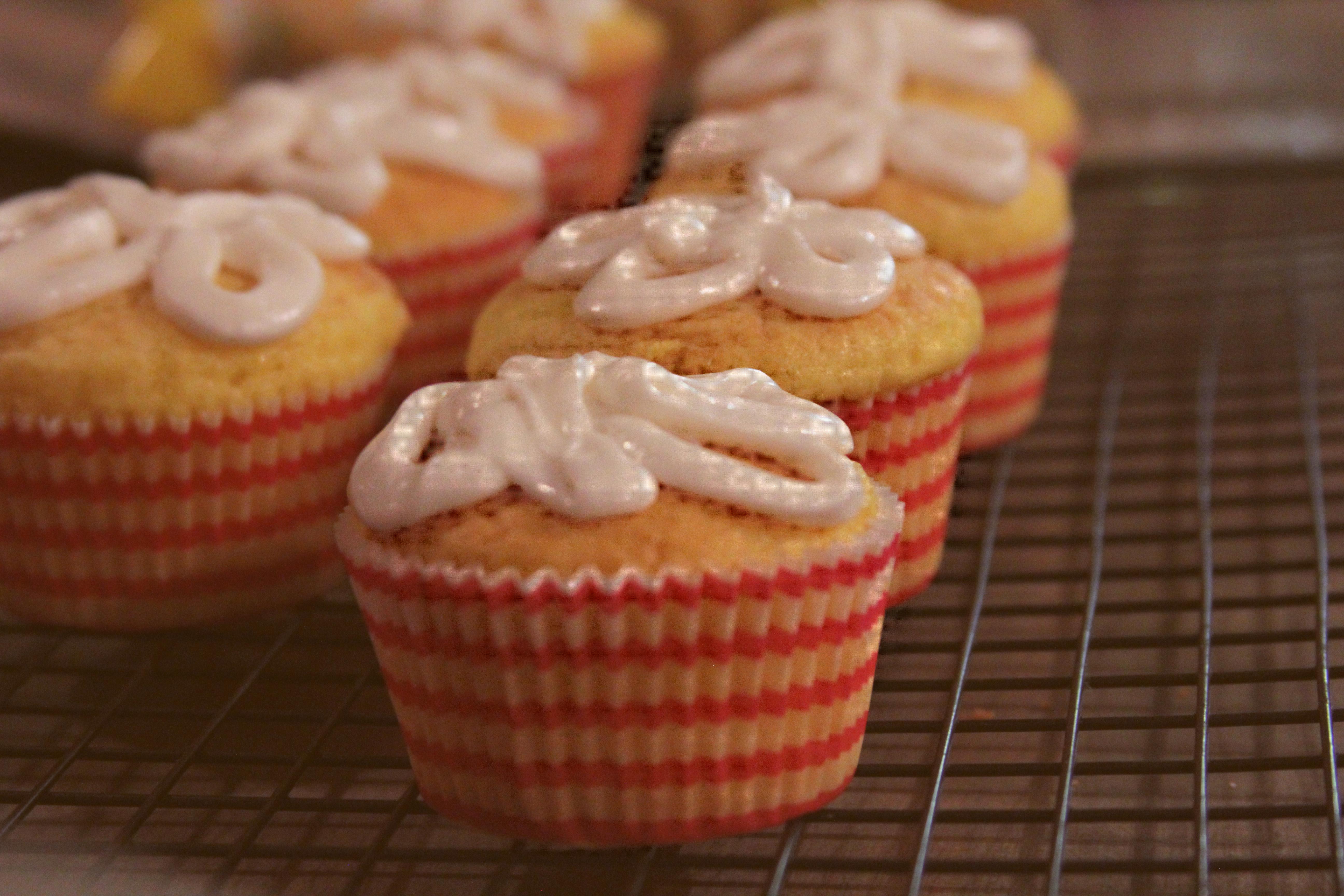 süß Muster Lebensmittel produzieren frisch Cupcake Backen Snack Dessert Kuchen Nahansicht Gebäck Glasur Cupcakes Süße Tiefenschärfe