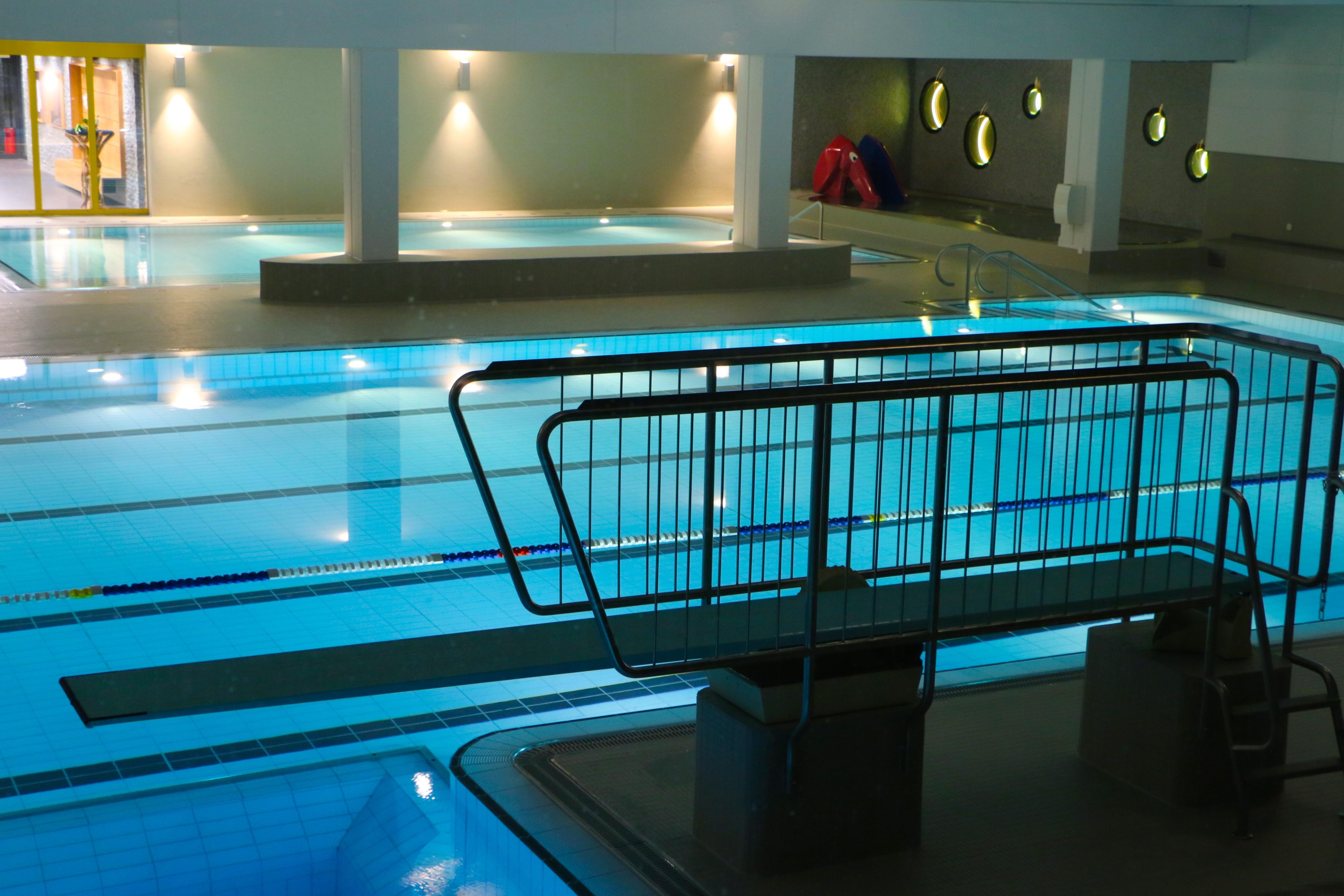 Fotos gratis piscina azul habitaci n carril for Diseno de iluminacion de interiores