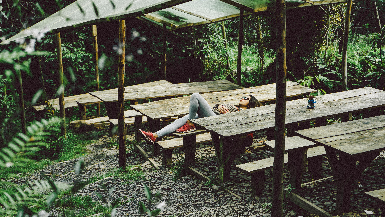 Fotos gratis : mesa, banco, silla, selva, relajarse, dormido, cabaña ...