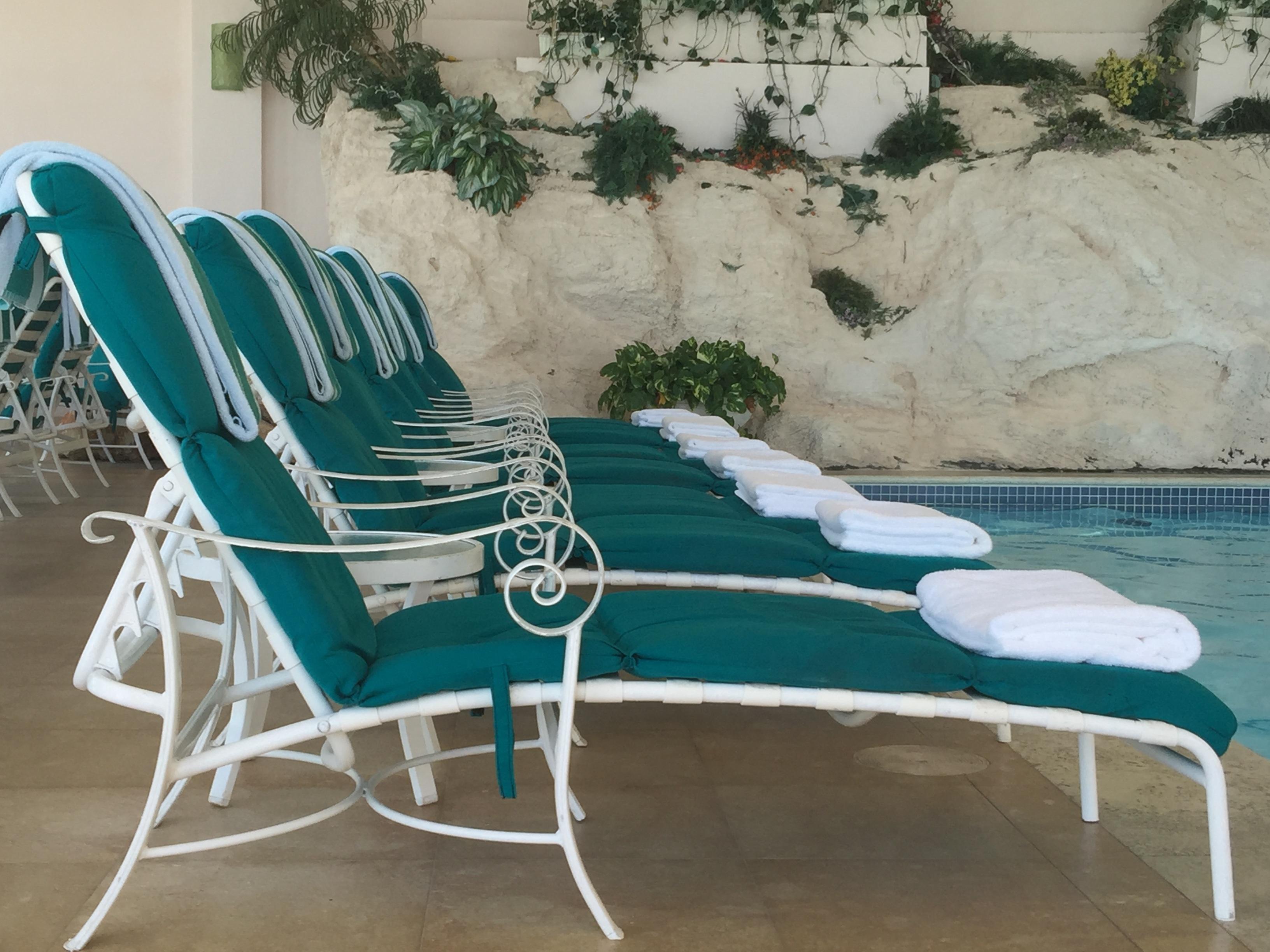 Fotos gratis mesa banco silla piscina ocio salud for Sillas para piscina