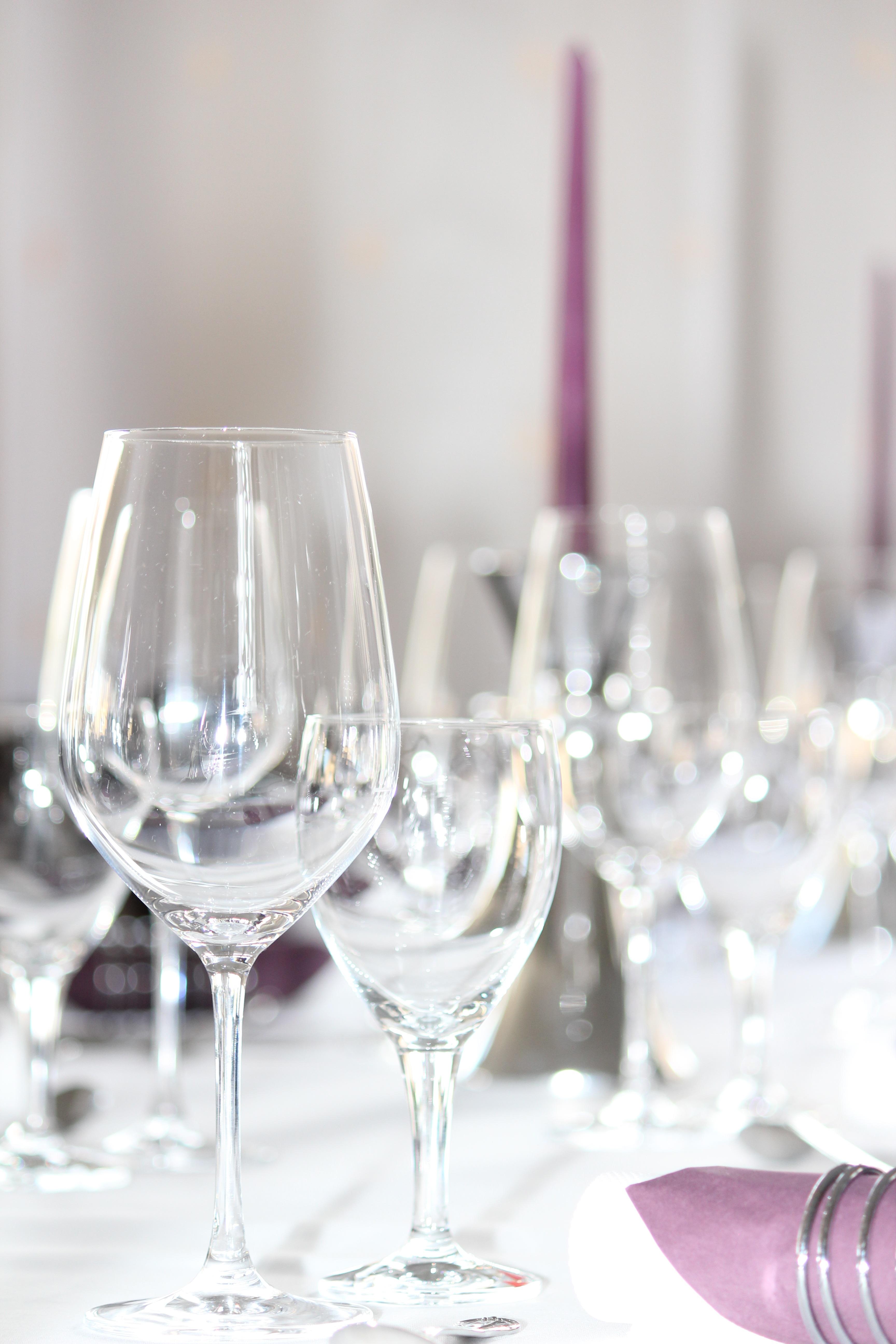tischdeko blumen im weinglas tabelle tafel wein glas. Black Bedroom Furniture Sets. Home Design Ideas