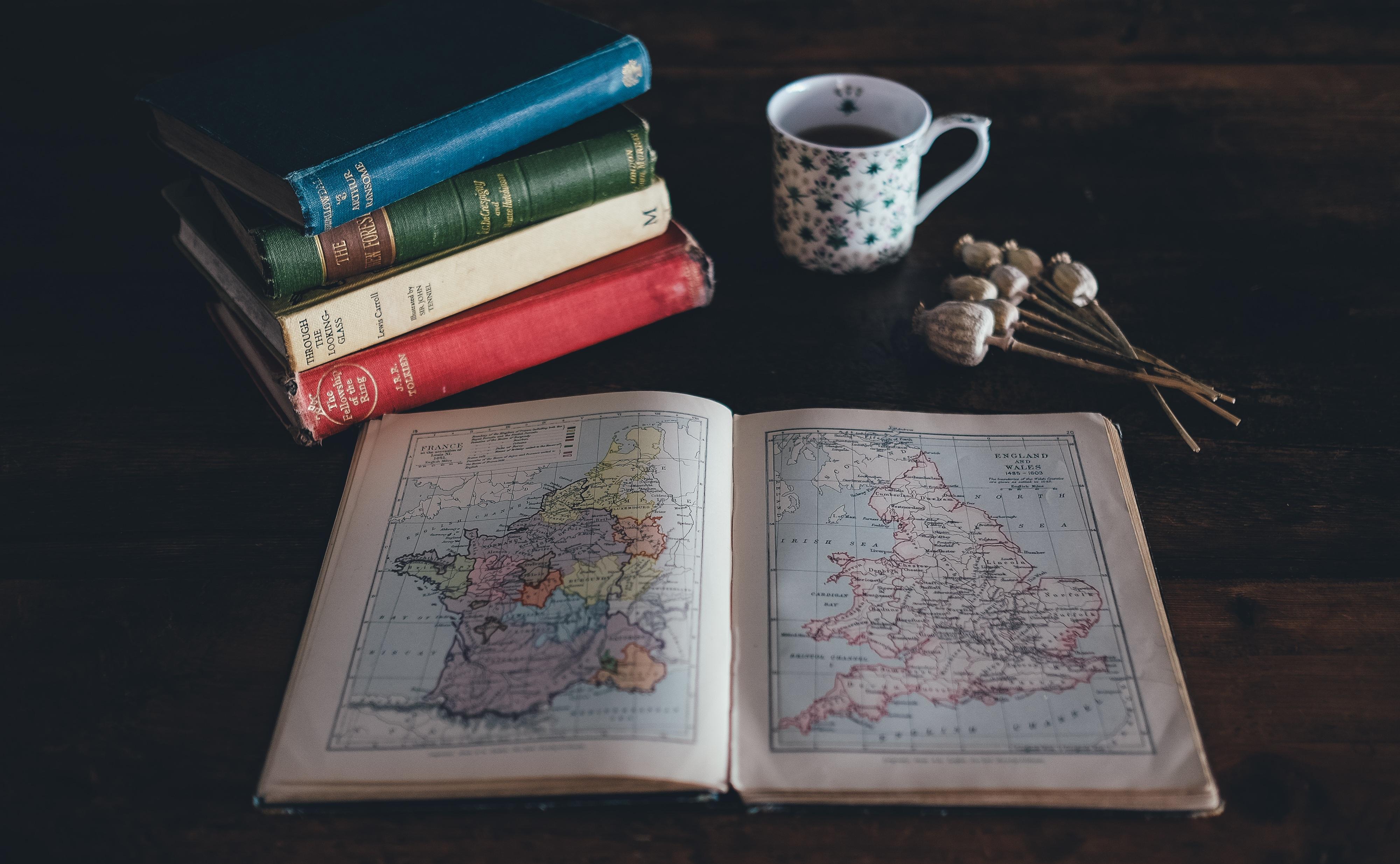 Gambar Meja Book Mengaburkan Tumpukan Mangkok