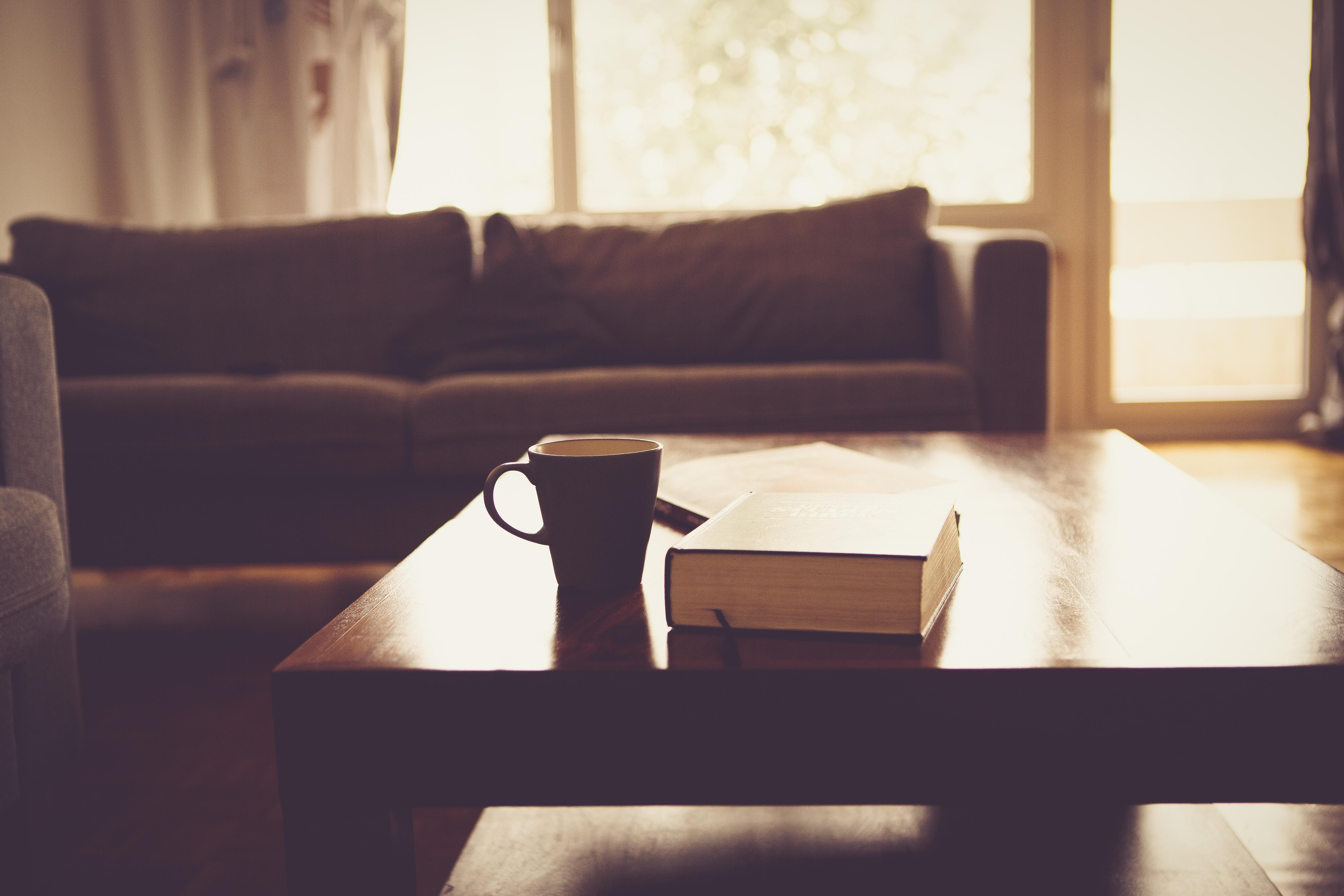 Fotos gratis : mesa, libro, novela, ligero, madera, casa, vaso ...