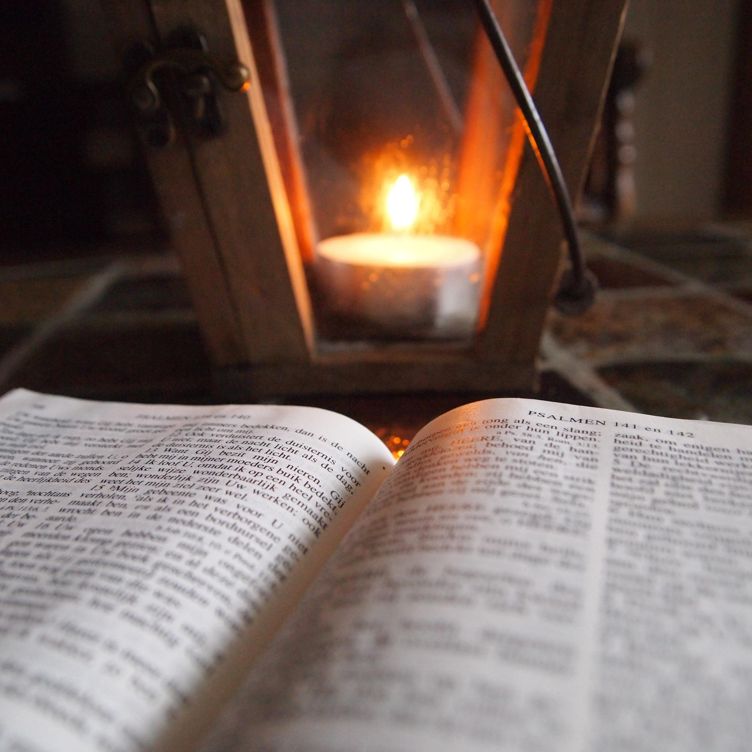 Kostenlose foto : Tabelle, Buch, lesen, Licht, Holz, Kerze ...